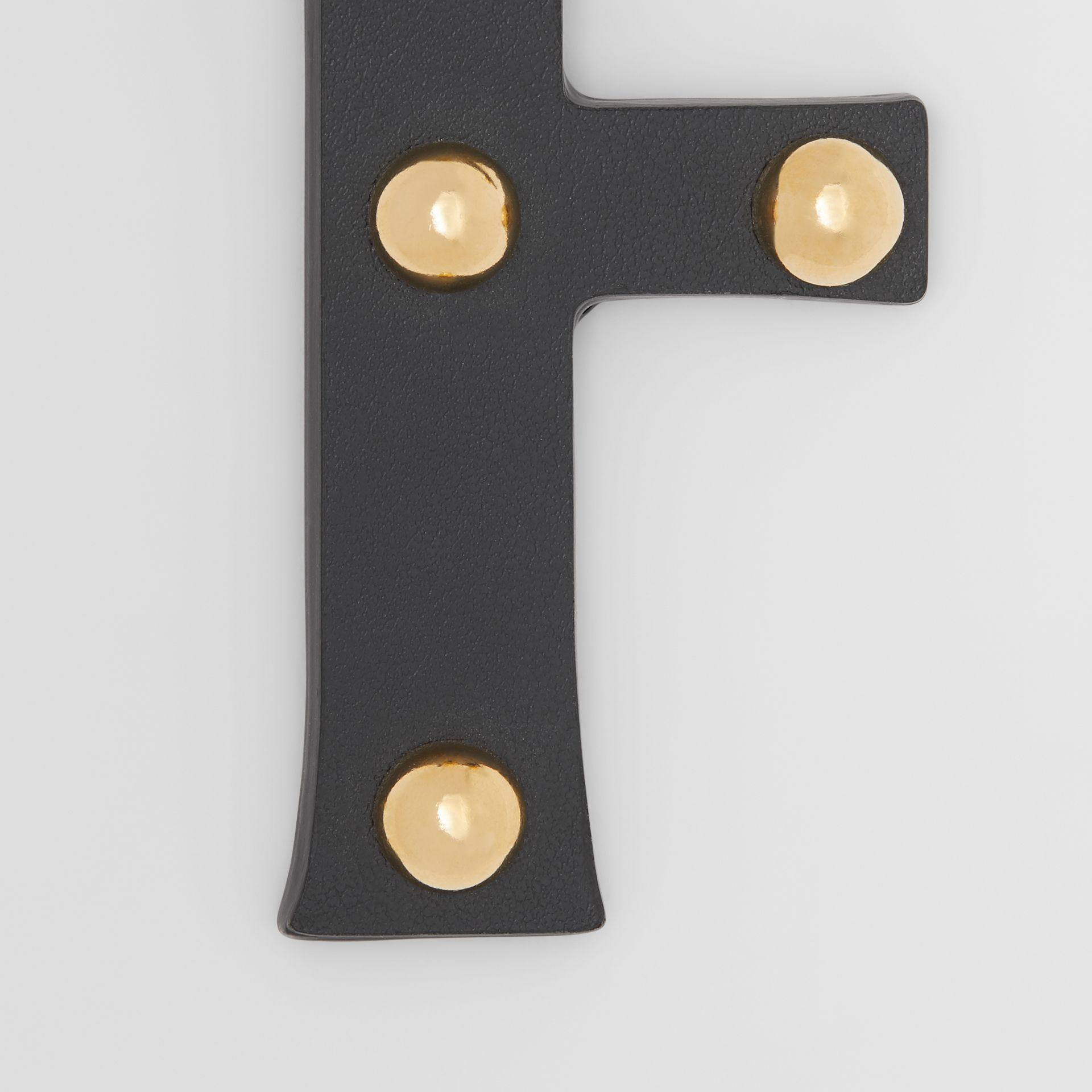 Ciondolo a forma di F in pelle con borchie (Nero/oro Chiaro) | Burberry - immagine della galleria 1
