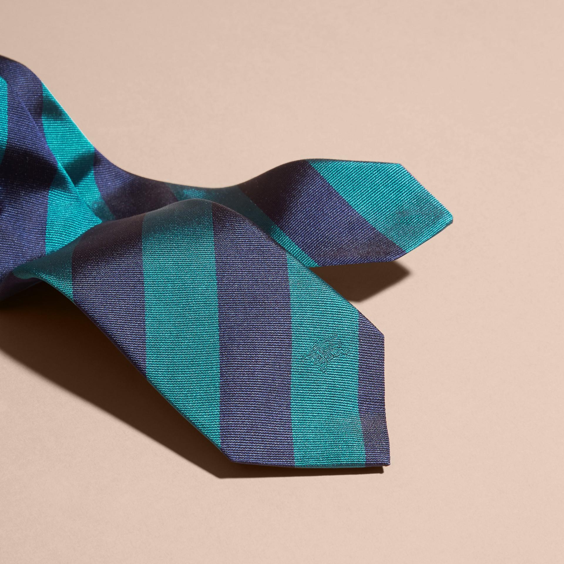 Bleu minéral Cravate fine en jacquard de soie à rayures Bleu Minéral - photo de la galerie 2