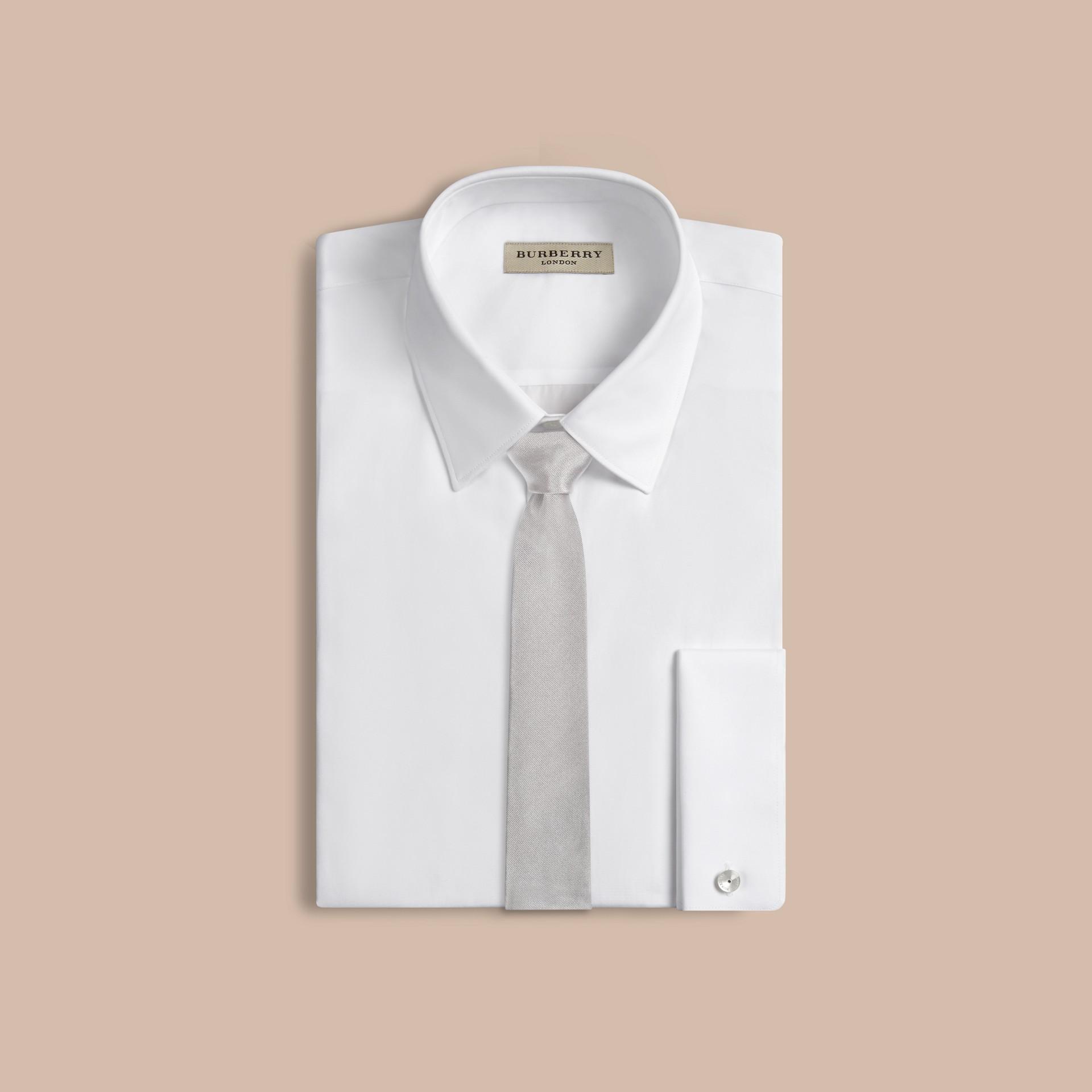 Grigio pallido Cravatta dal taglio moderno in seta - immagine della galleria 2