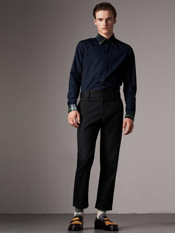 Camisa em popeline com detalhes em xadrez tartan de gabardine de algodão (Azul Marinho)