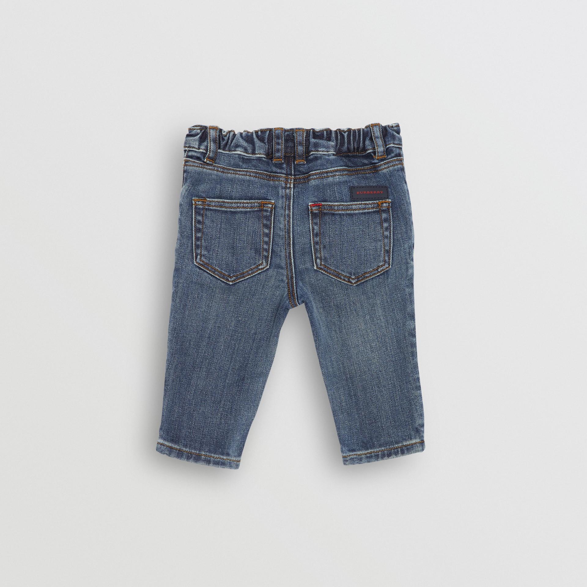 Calças jeans stretch com corte descontraído (Índigo Médio) - Crianças | Burberry - galeria de imagens 3