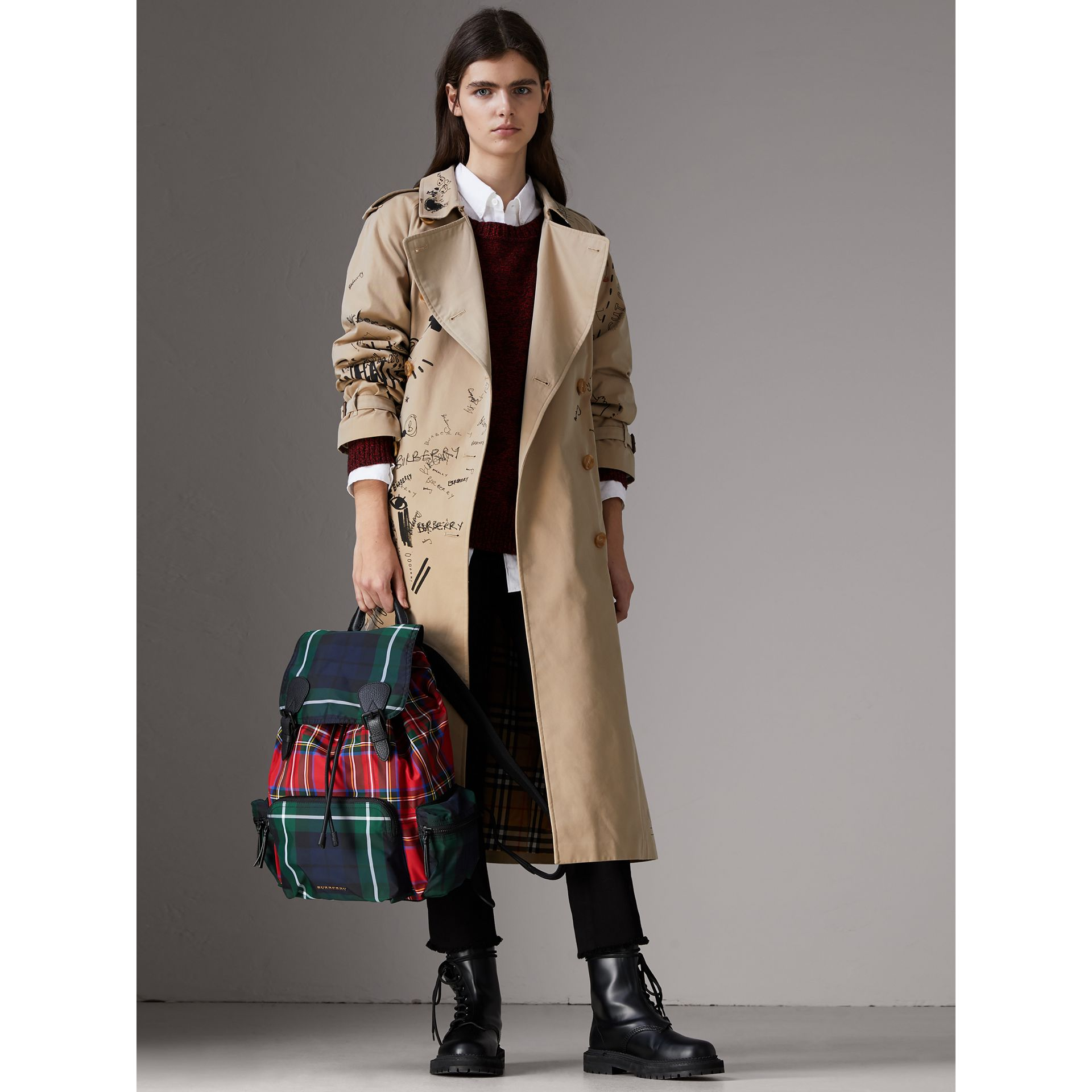 Grand sac The Rucksack en tartan façon patchwork (Rouge Militaire) | Burberry - photo de la galerie 2