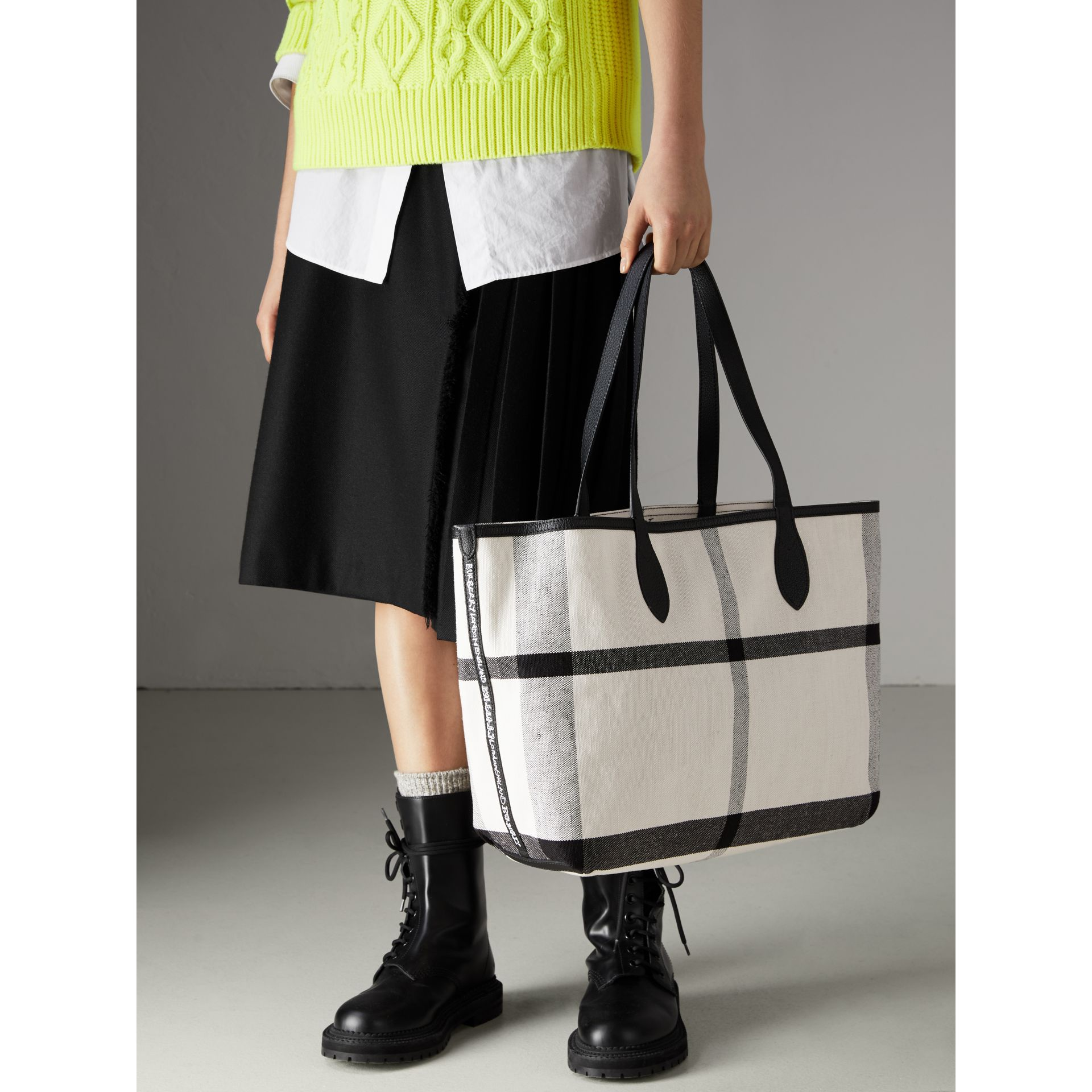 The Medium Reversible Doodle Tote in White/black | Burberry Singapore - gallery image 5