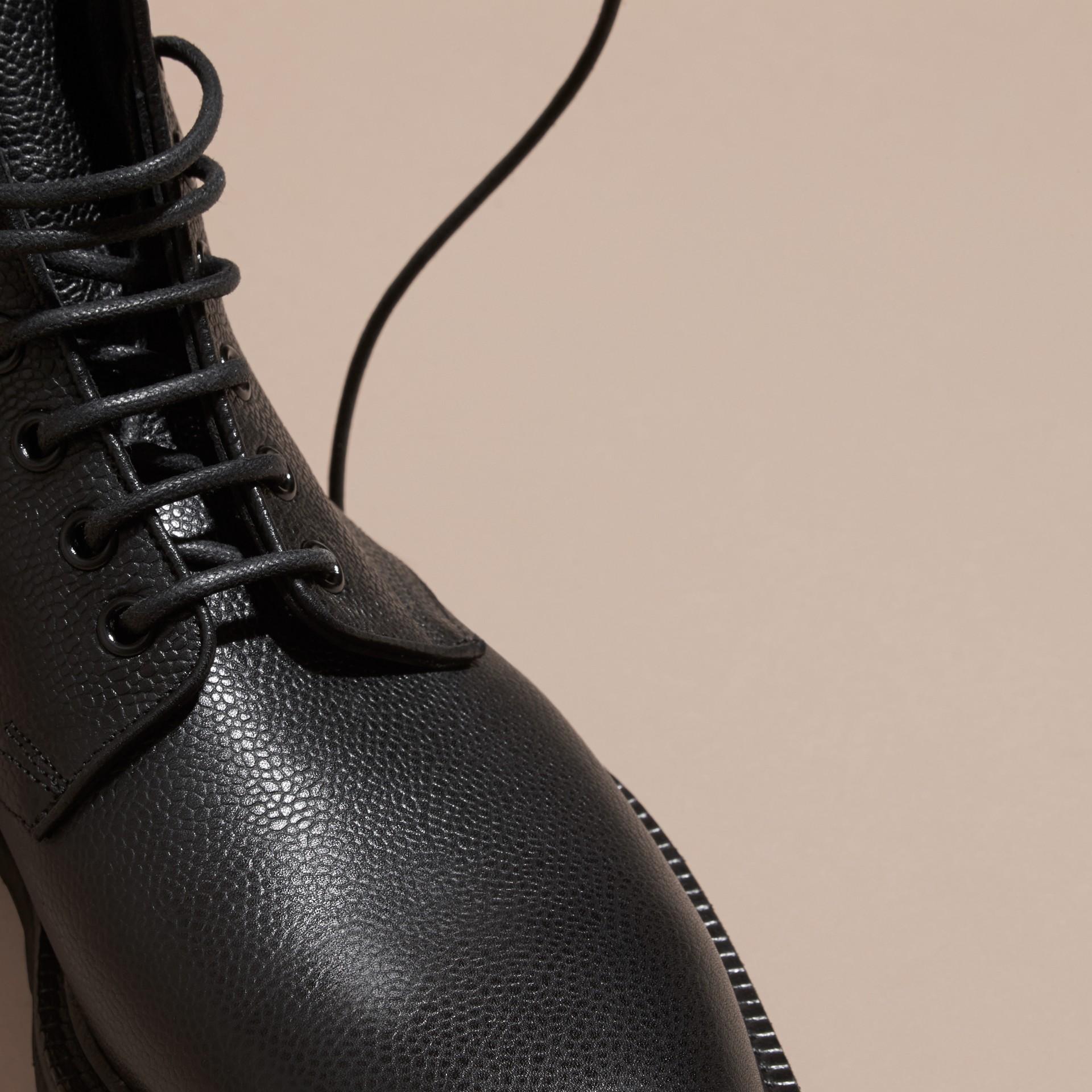Nero Stivali con lacci in pelle a grana Nero - immagine della galleria 2