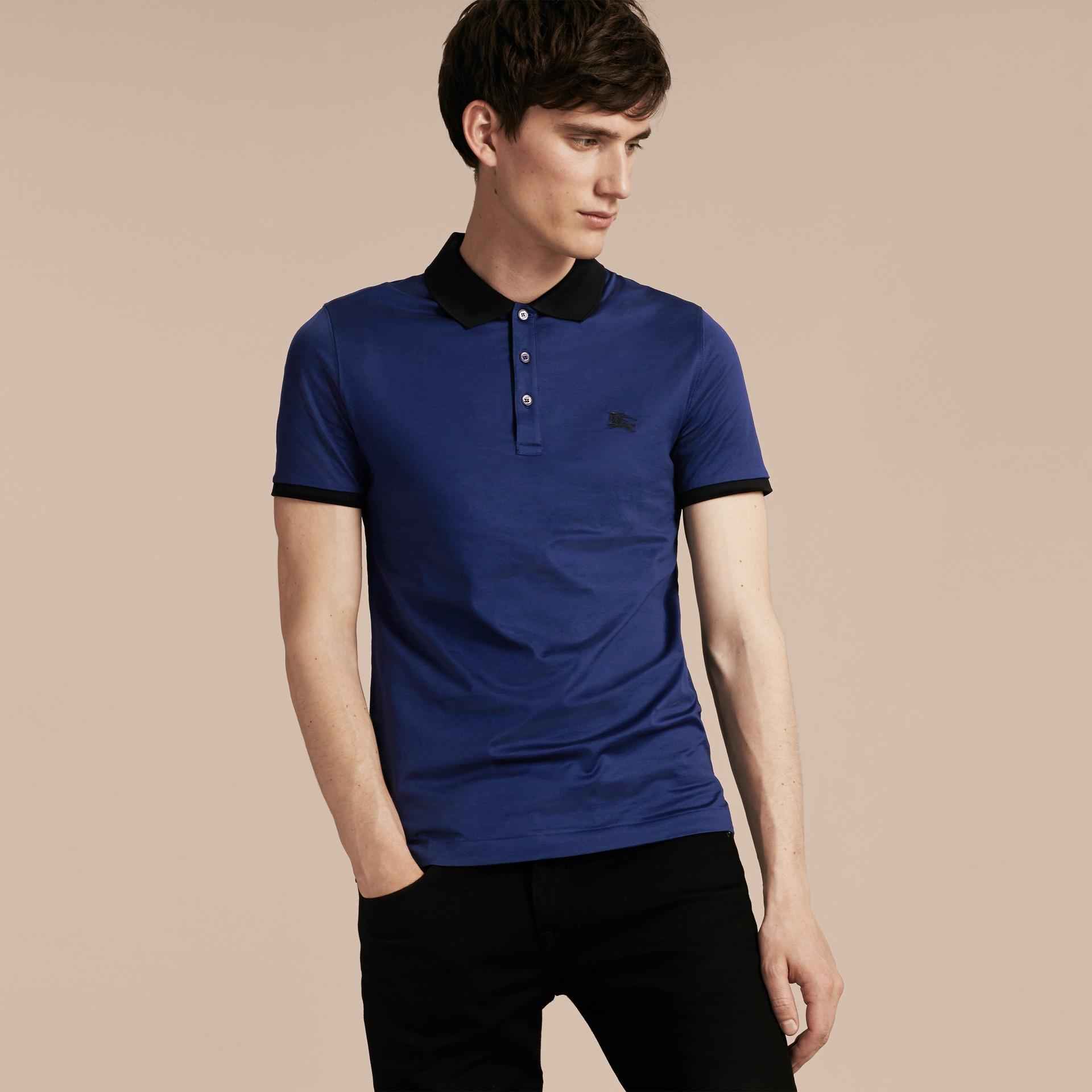 靛青 同色系飾邊合身棉質 Polo 衫 靛青 - 圖庫照片 6