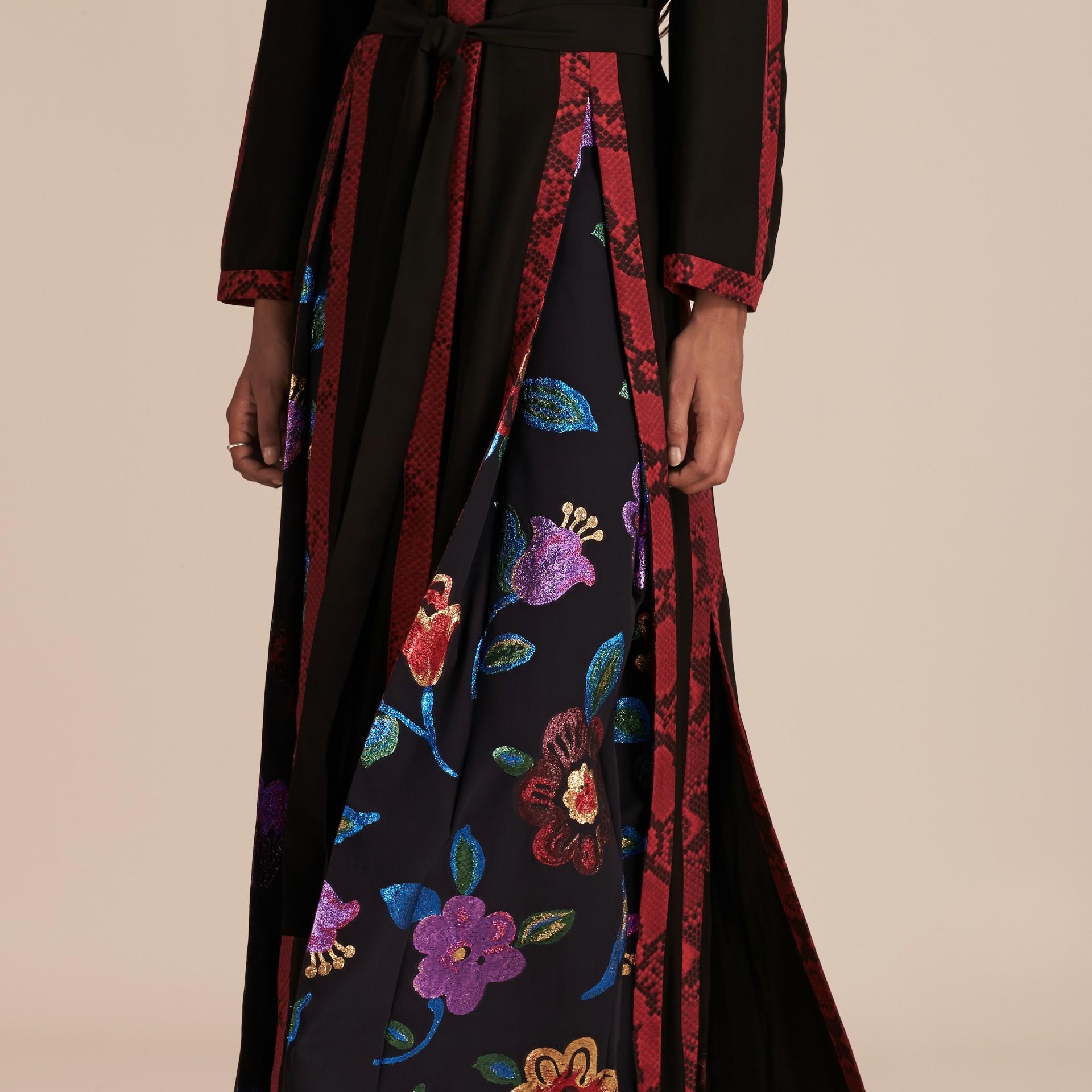 Preto Vestido envelope longo de seda com detalhes em fil coupé floral - galeria de imagens 5