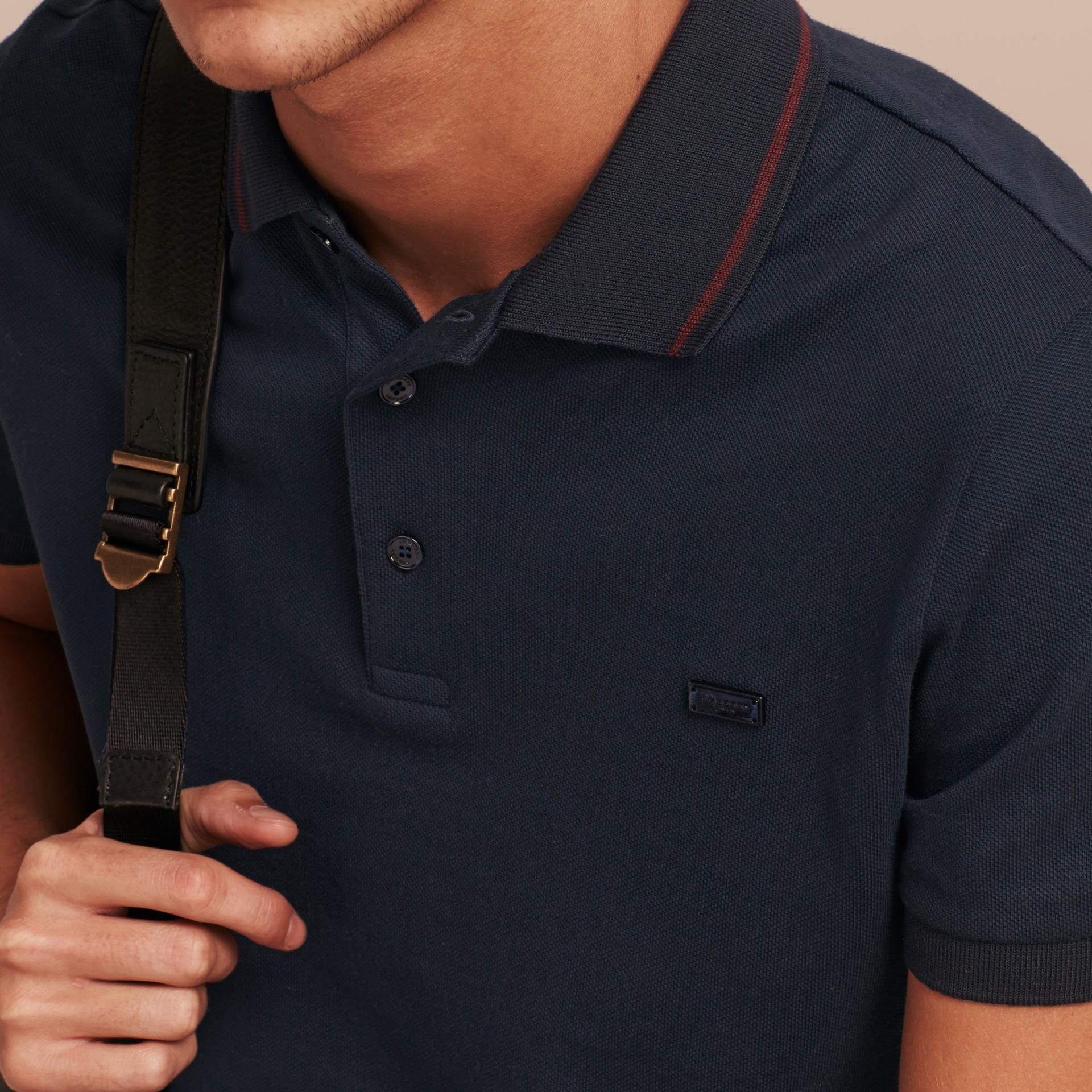 Azul marinho//mahogany red Camisa polo de algodão piquê com detalhes contrastantes Azul Marinho//mahogany Red - galeria de imagens 5