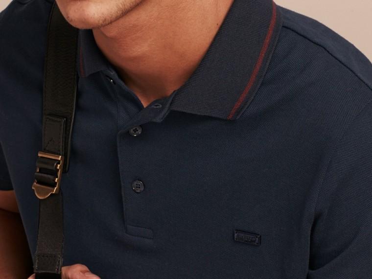 Azul marinho//mahogany red Camisa polo de algodão piquê com detalhes contrastantes Azul Marinho//mahogany Red - cell image 4
