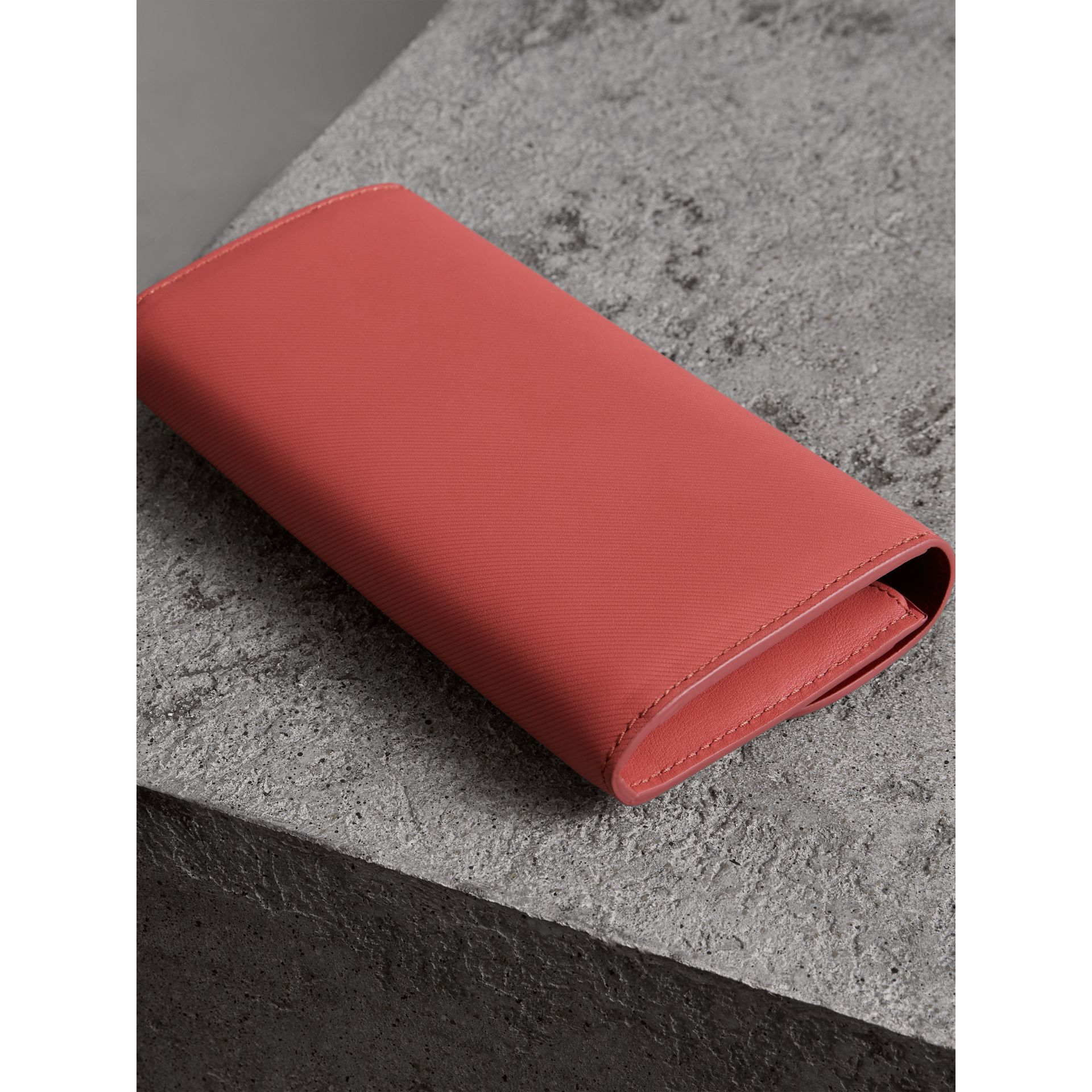 Two-tone Trench Leather Continental Wallet in Blossom Pink/antique Red - Women | Burberry United Kingdom - gallery image 2