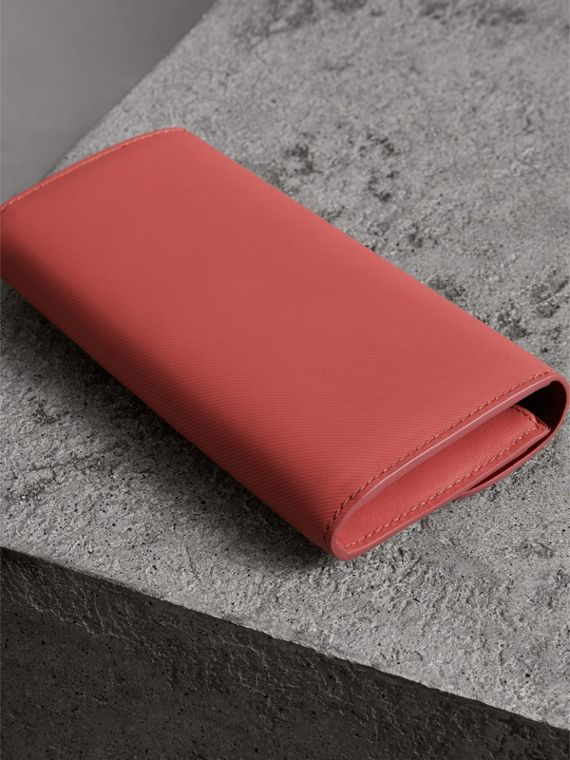 Two-tone Trench Leather Continental Wallet in Blossom Pink/antique Red - Women | Burberry United Kingdom - cell image 2