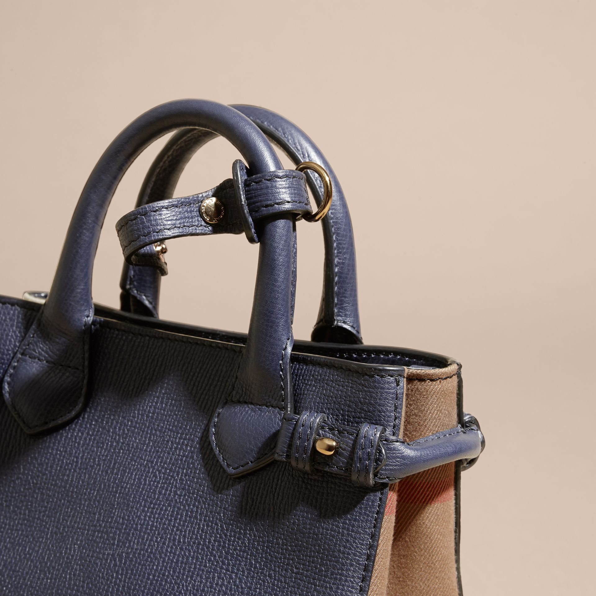 The Baby Banner en cuir et coton House check (Bleu Encre) - Femme | Burberry - photo de la galerie 2