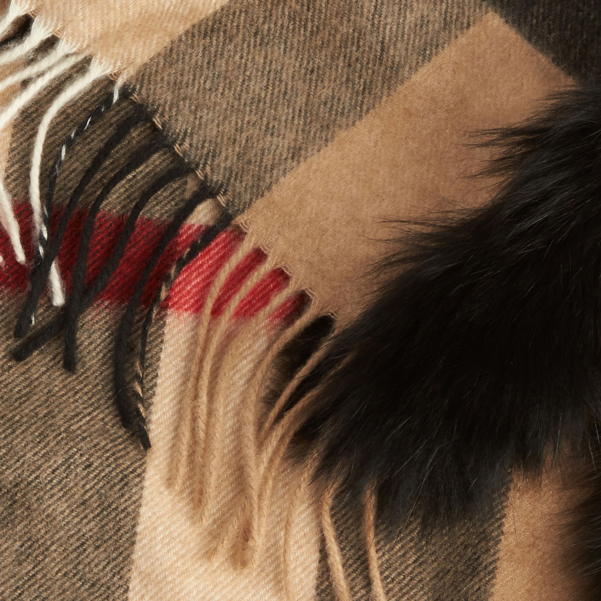 Camel/noir Écharpe en cachemire à motif check bordée de fourrure - photo de la galerie 2