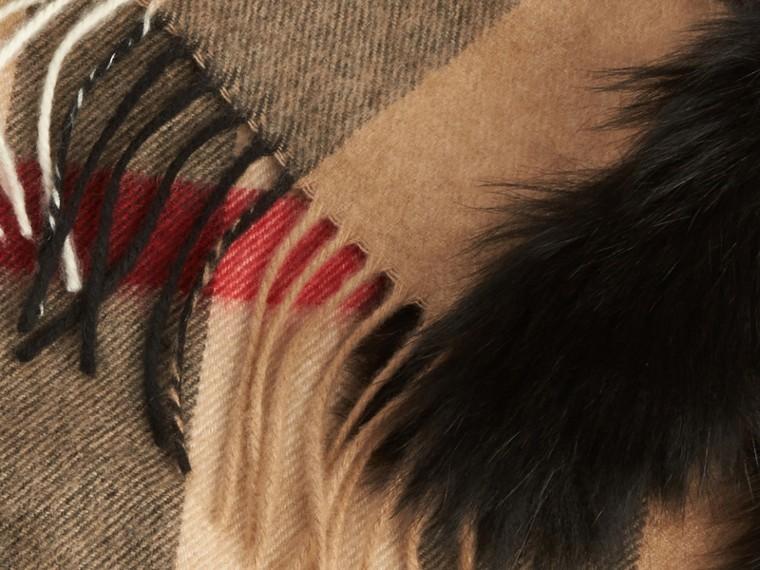 Camel/noir Écharpe en cachemire à motif check bordée de fourrure - cell image 1