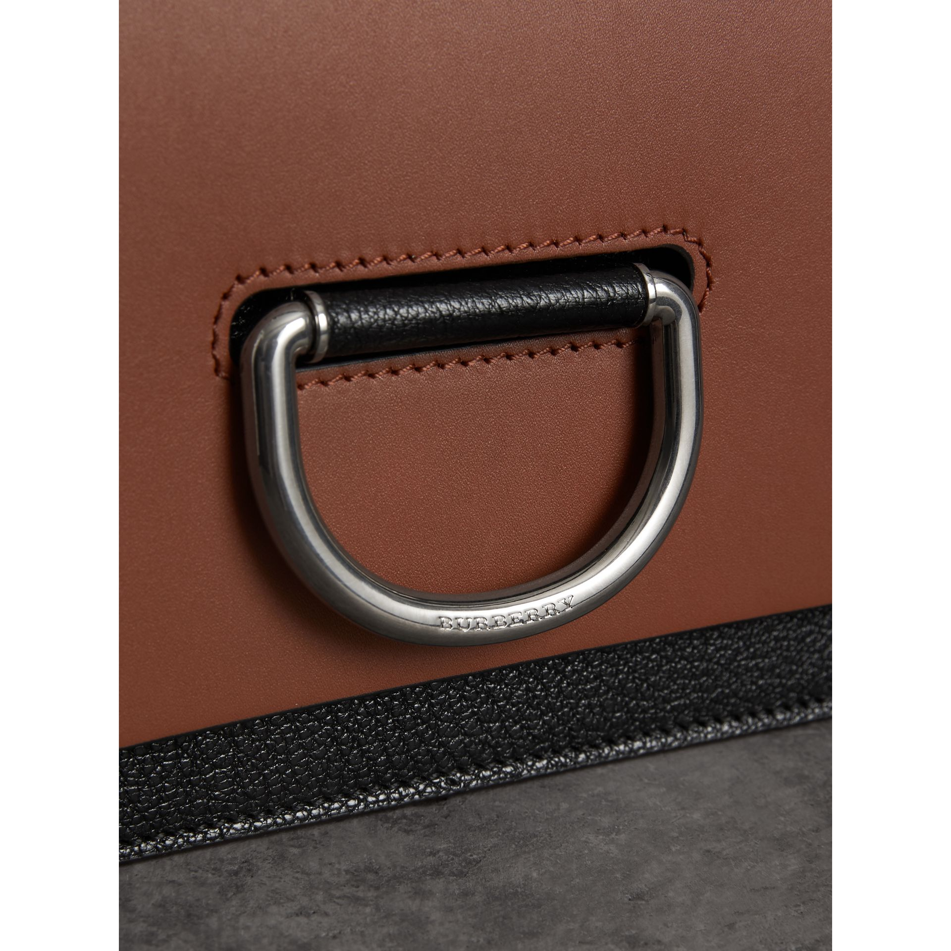 Borsa The D-ring piccola in pelle (Marroncino/nero) - Donna | Burberry - immagine della galleria 1