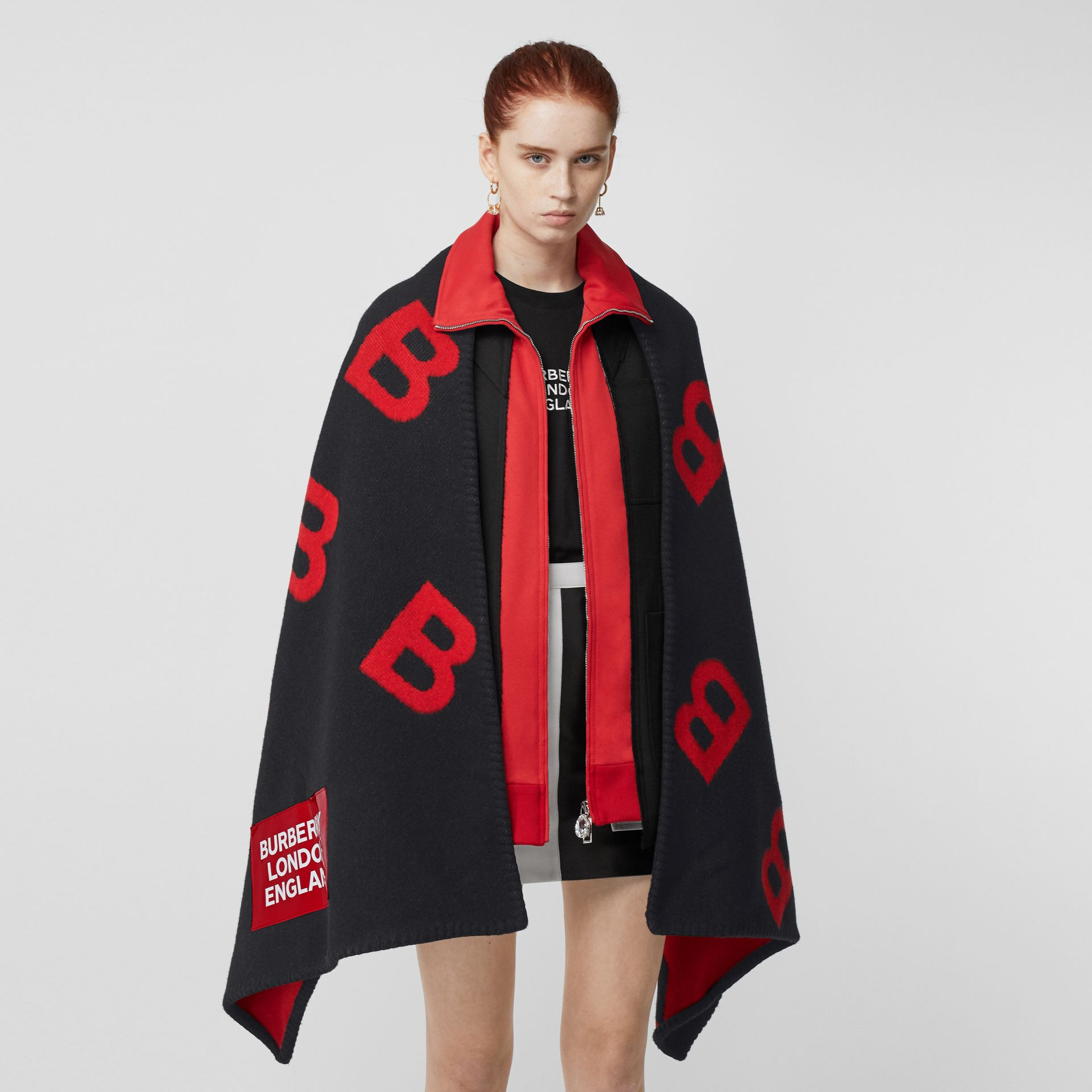 Reversible B Motif Wool Cashmere Blanket Cape in Black/bright Red | Burberry - gallery image 5