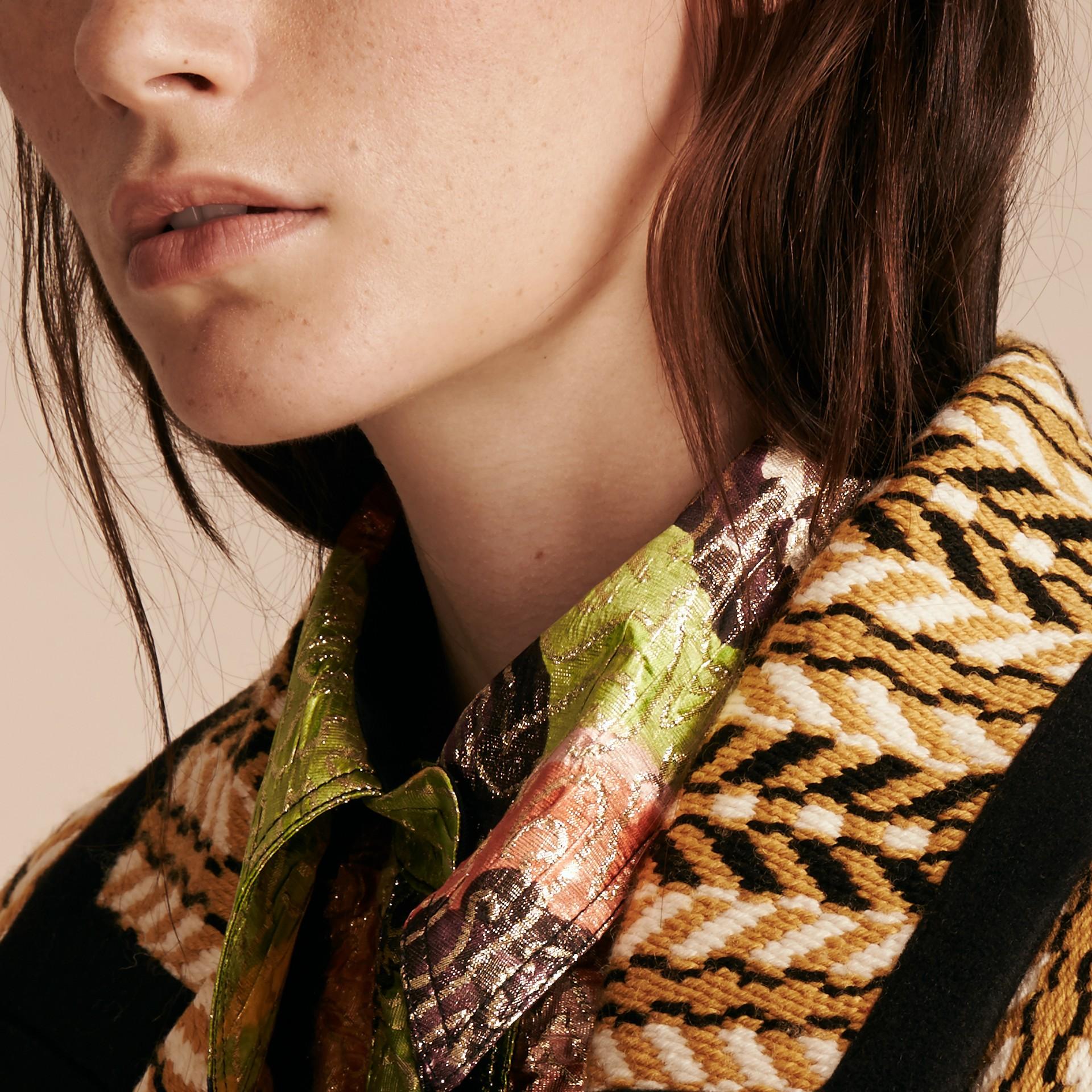 Giallo ocra Il cappotto frangiato - immagine della galleria 6