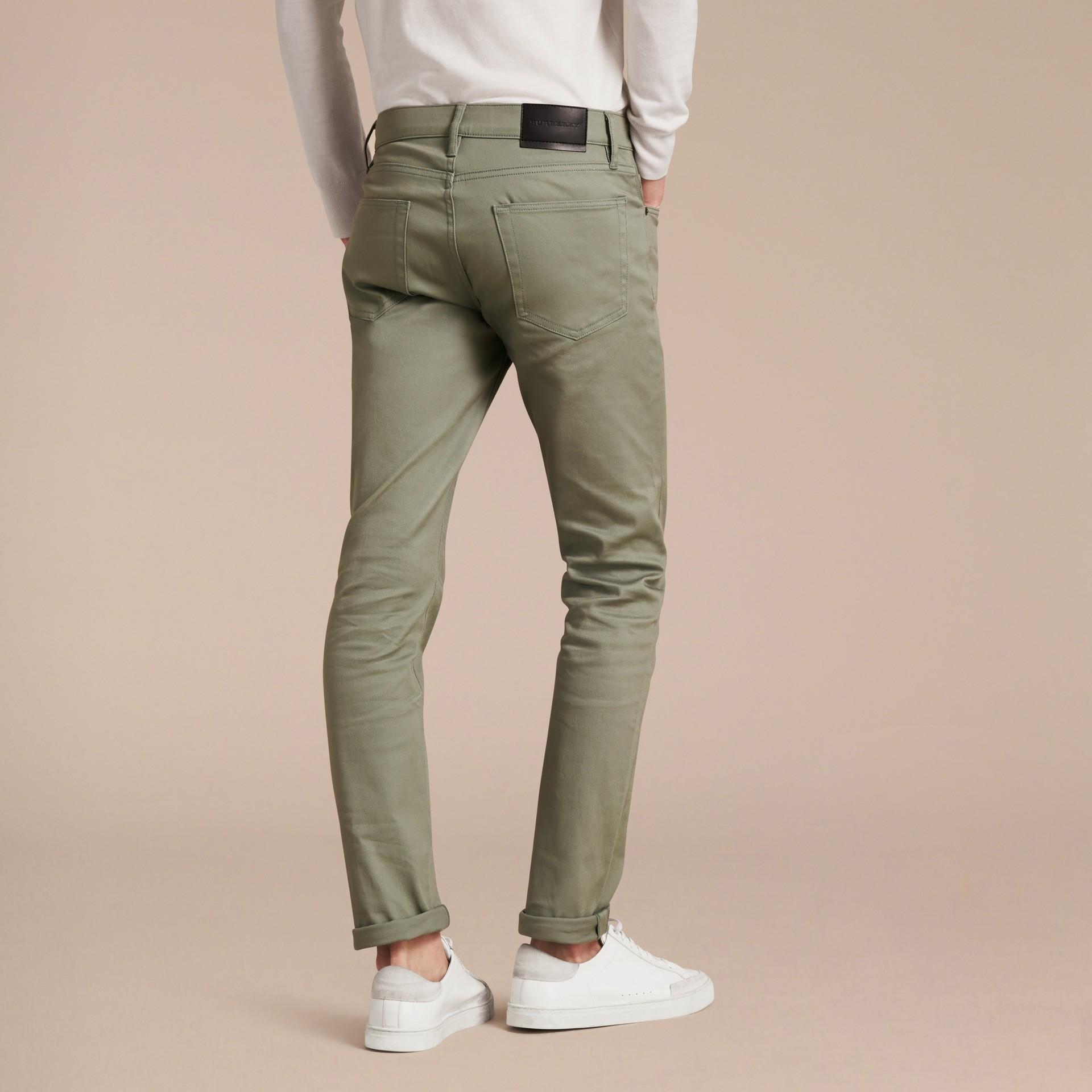Eukalyptusgrün Körperbetonte Jeans aus japanischem Stretchdenim Eukalyptusgrün - Galerie-Bild 3