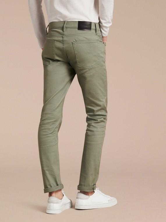 Eukalyptusgrün Körperbetonte Jeans aus japanischem Stretchdenim Eukalyptusgrün - cell image 2