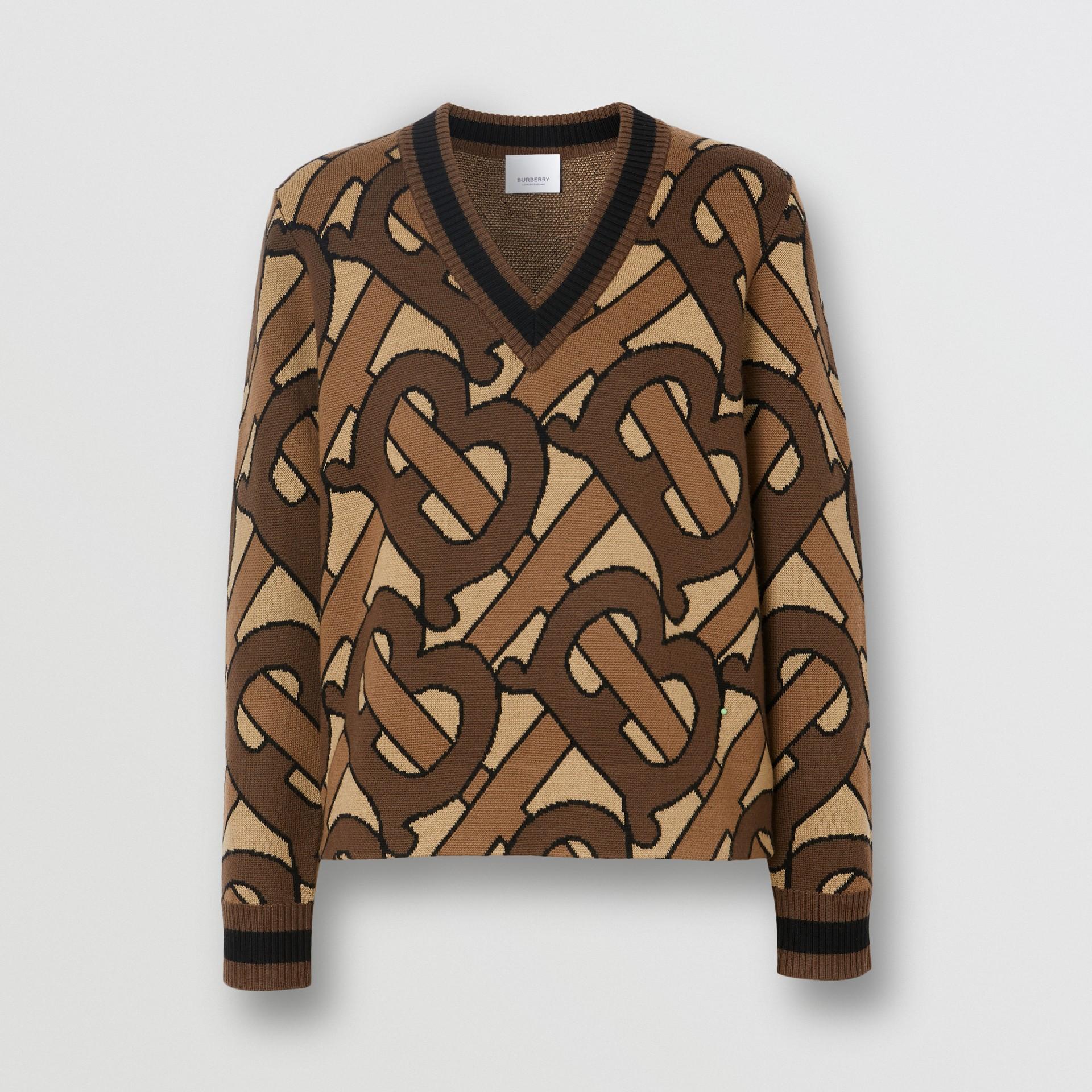모노그램 인타르시아 울 브이넥 스웨터 (브라이들 브라운) - 여성   Burberry - 갤러리 이미지 3