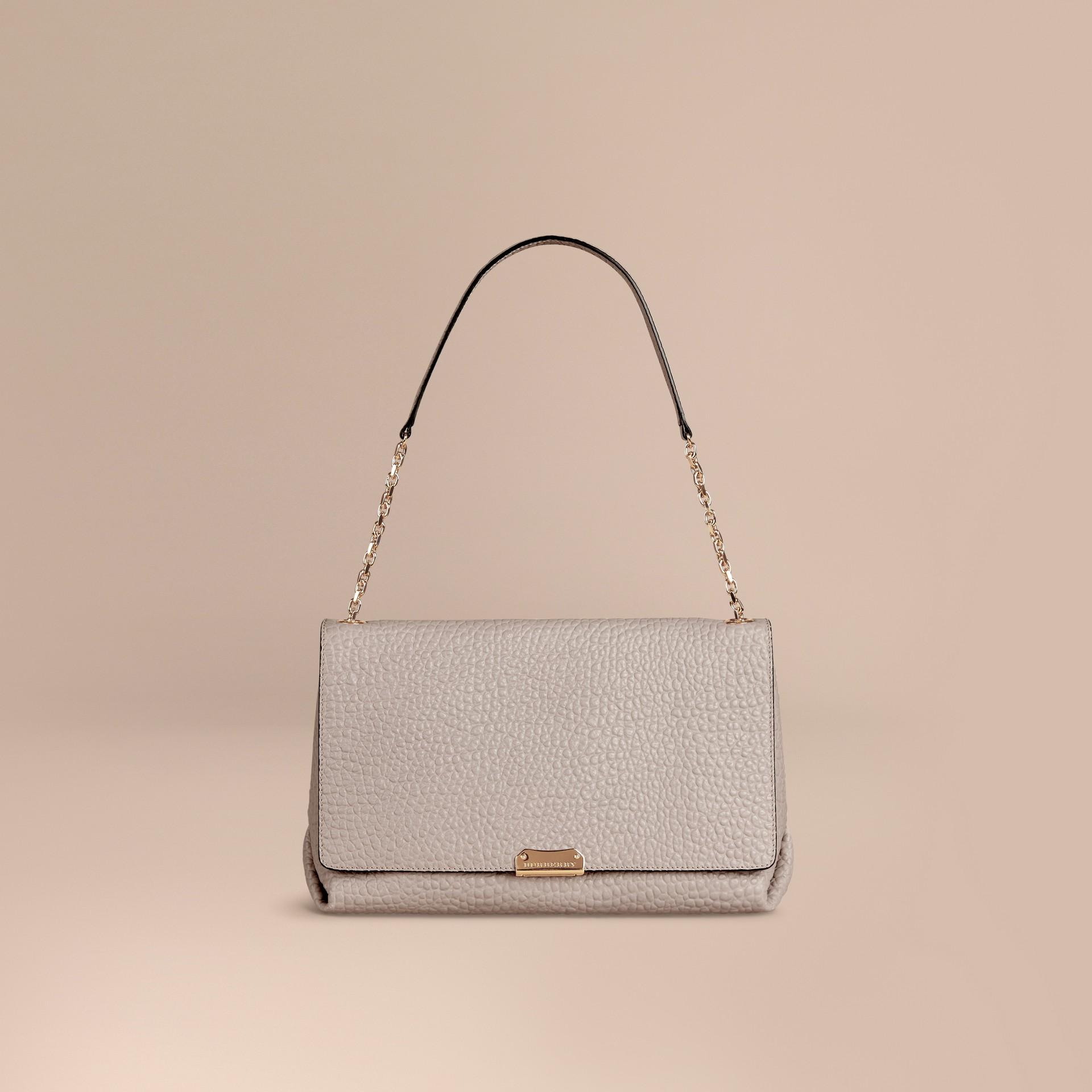 Бледно-серый Большая сумка через плечо из зернистой кожи в стиле Burberry Бледно-серый - изображение 7