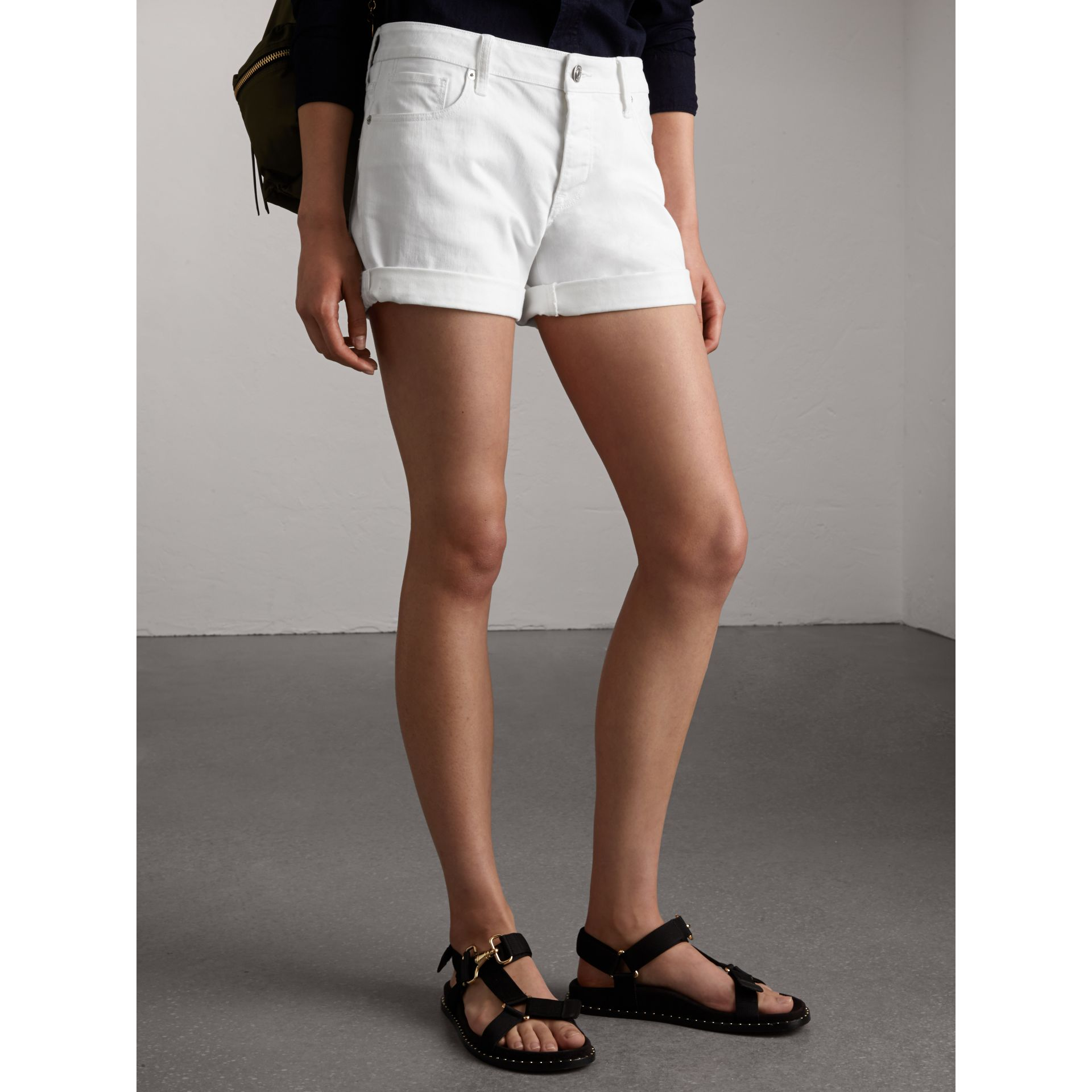 Short taille basse en denim japonais - Femme | Burberry - photo de la galerie 5