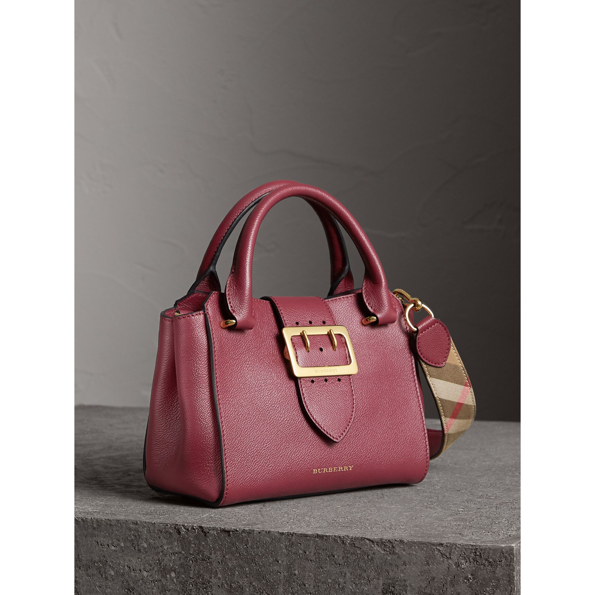 Borsa tote The Buckle piccola in pelle a grana (Prugna Scuro) - Donna | Burberry - immagine della galleria 7