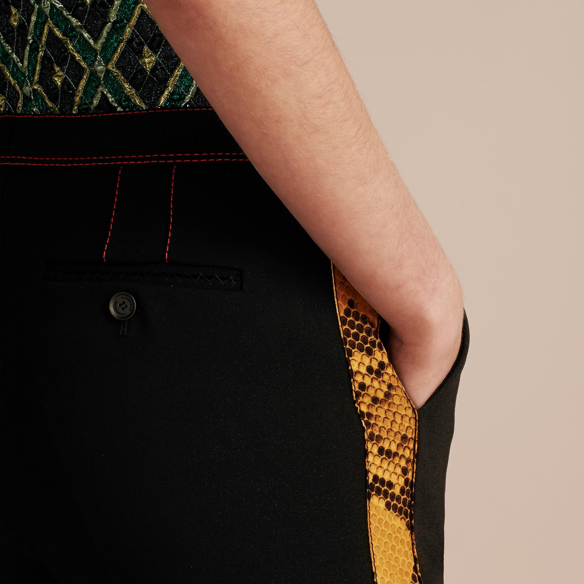 Schwarz Schmal geschnittene Hose mit kürzerer Beinlänge und Pythonmuster - Galerie-Bild 6
