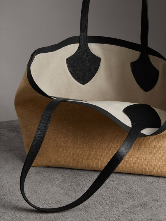 The Medium Giant Tote in Graphic Print Jute in Black - Women | Burberry Hong Kong - cell image 3