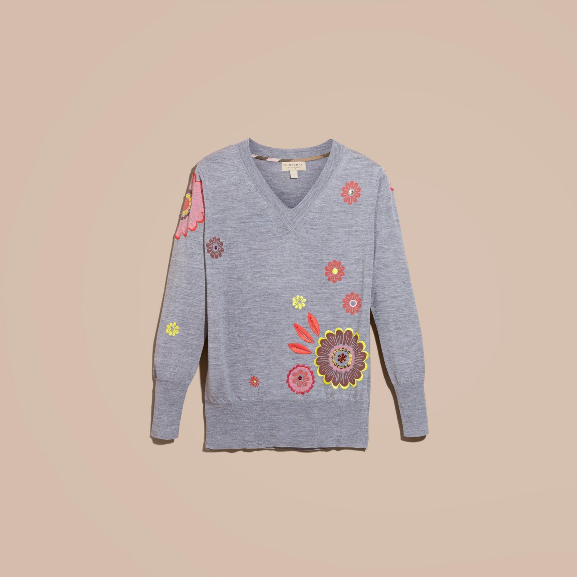 Camaïeu de gris moyens Pull en V en laine mérinos avec imprimé floral - photo de la galerie 4