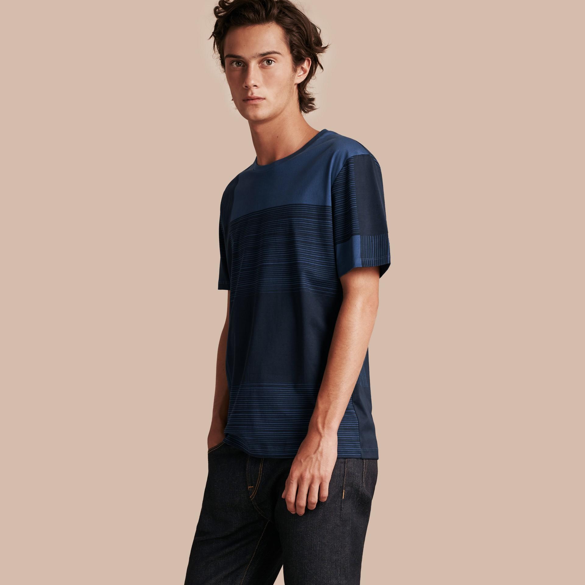 Navy T-shirt in cotone con motivo check stampato Navy - immagine della galleria 1