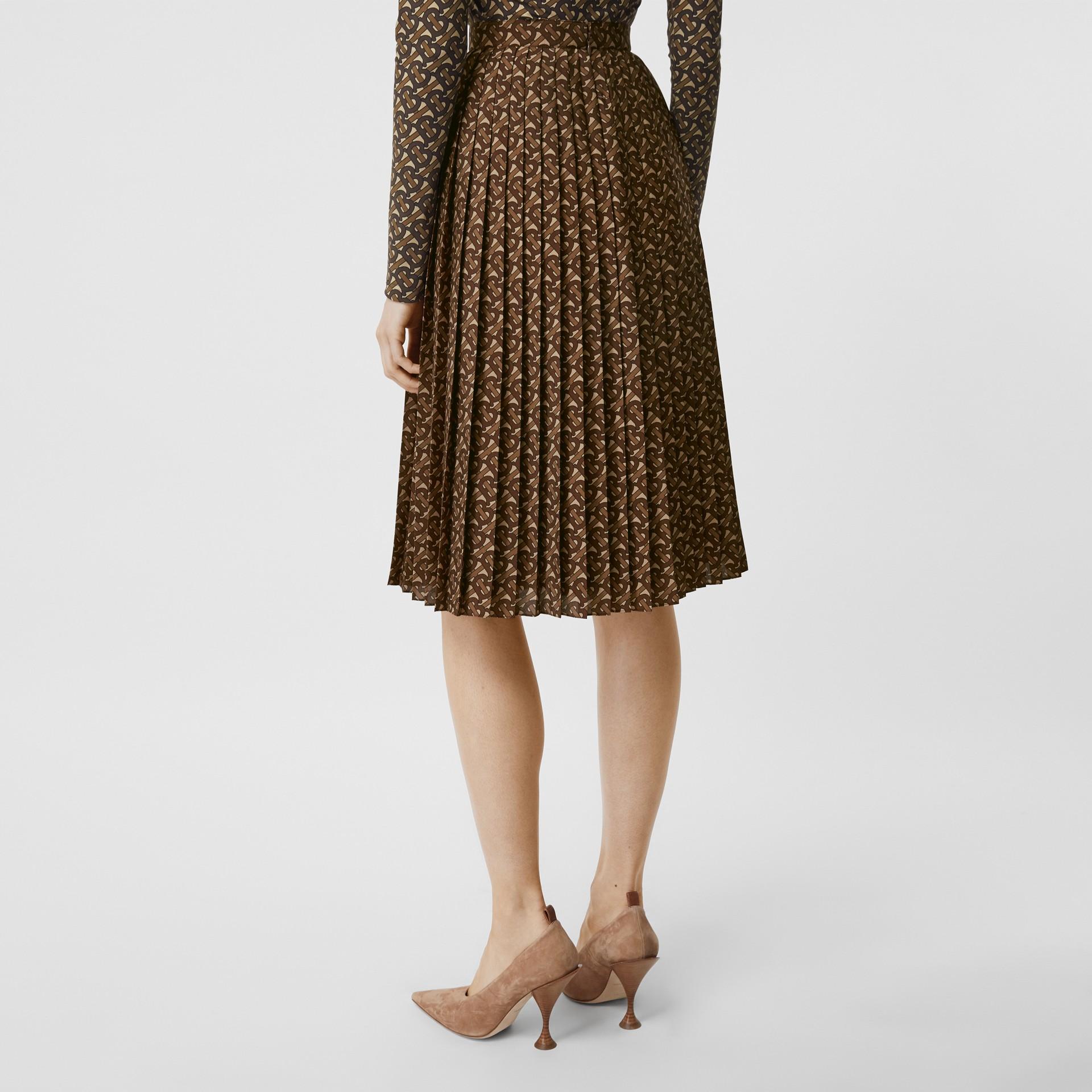Falda plisada en crepé con estampado de rayas y monogramas (Moca Oscuro) - Mujer | Burberry - imagen de la galería 2