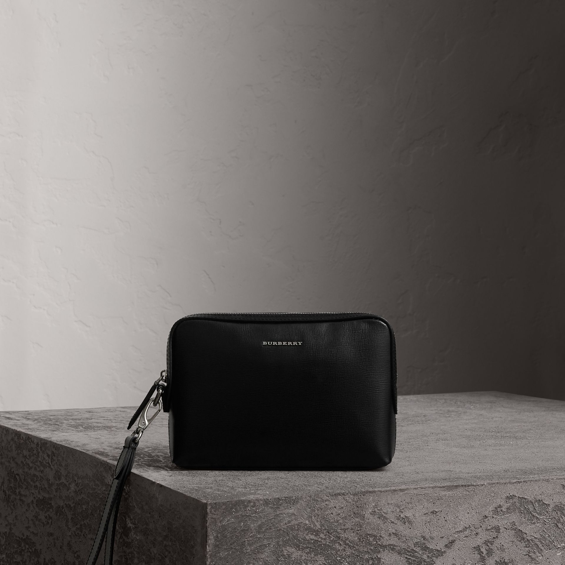 London Leather Pouch in Black | Burberry Hong Kong - gallery image 0