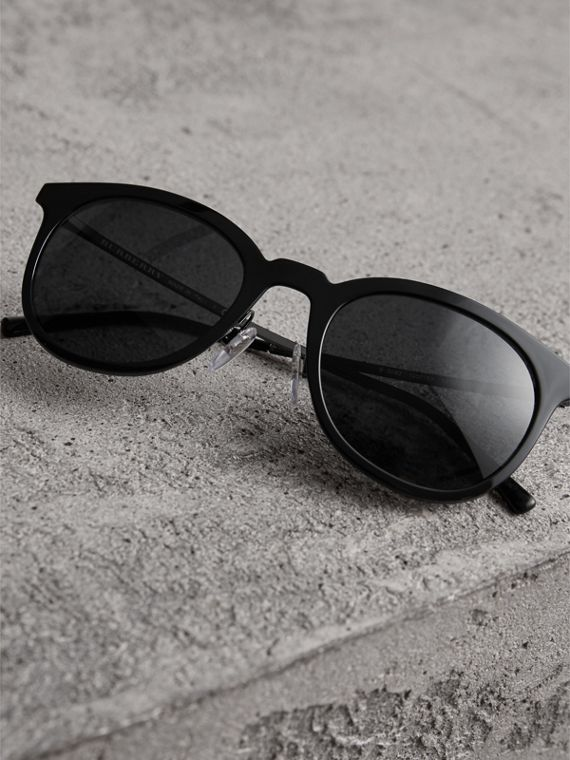 Round Frame Sunglasses in Black - Men | Burberry Singapore - cell image 2