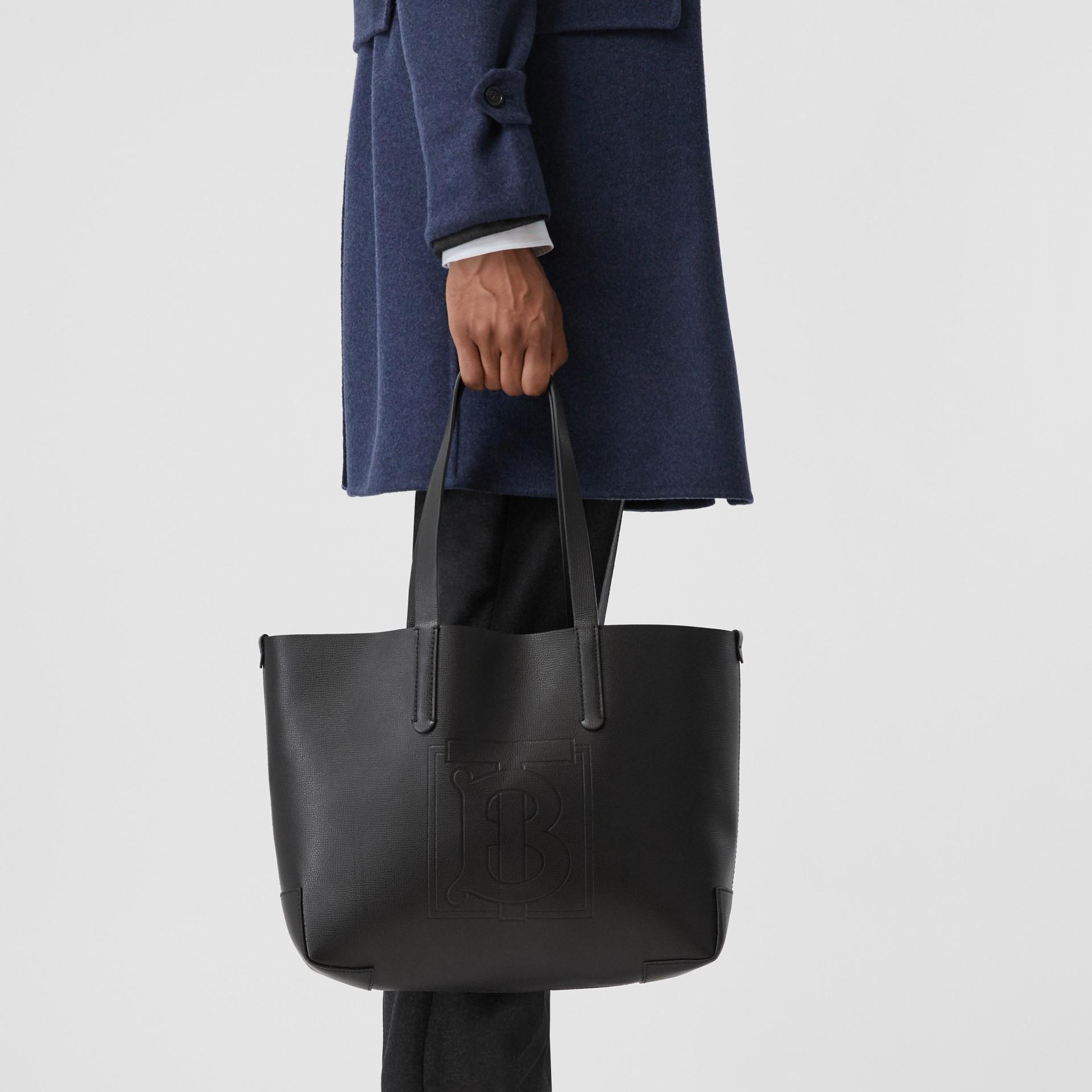 Sac tote en cuir embossé Monogram (Noir) - Femme | Burberry Canada - photo de la galerie 2
