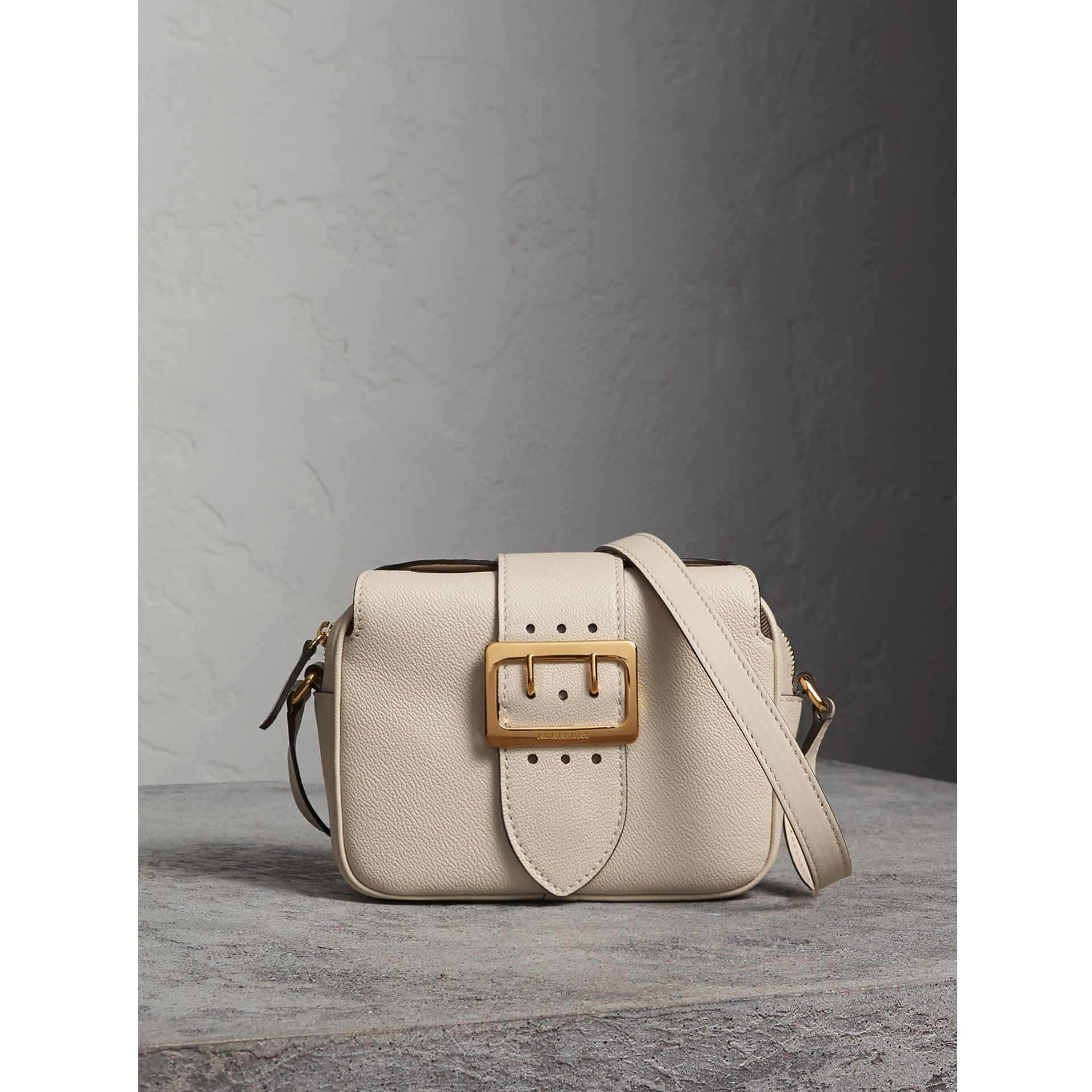The Small Buckle Crossbody Bag aus Leder (Kalksteinfarben) - Damen | Burberry - Galerie-Bild 1