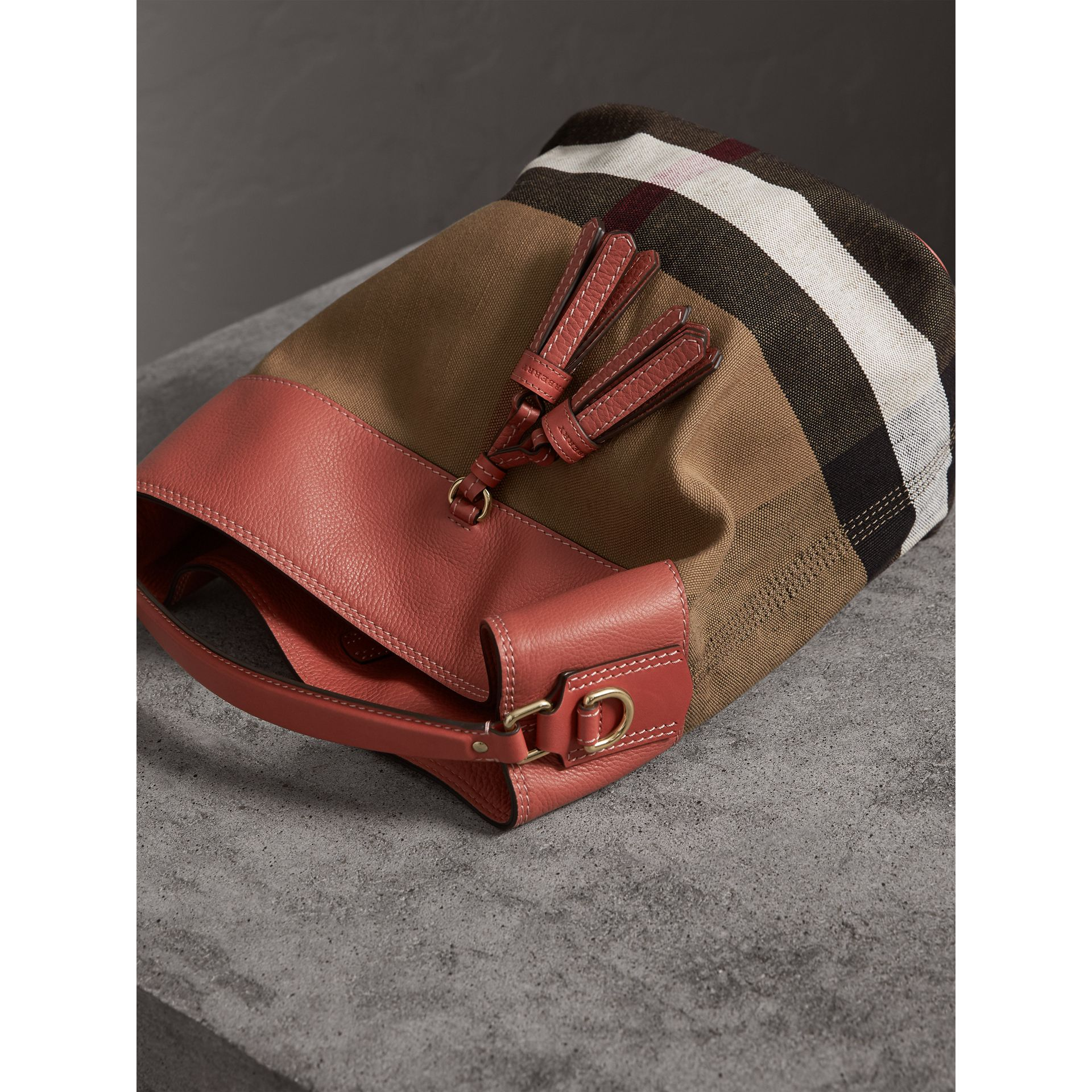 The Medium Ashby aus Canvas Check-Gewebe mit Lederbesatz (Zimtrot) - Damen | Burberry - Galerie-Bild 6