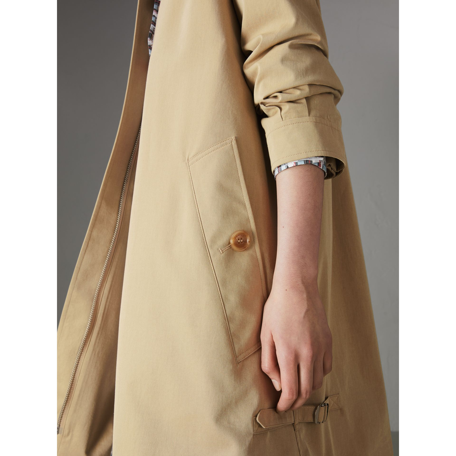 Cappotto car coat in gabardine tropicale (Avena) - Donna | Burberry - immagine della galleria 1