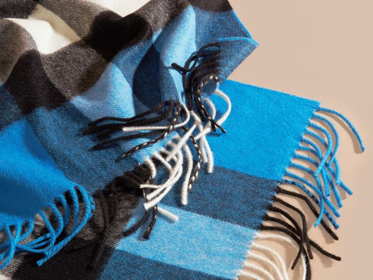 The Large Classic Cashmere Scarf in Check in Bright Cornflower Blue - cell image 4