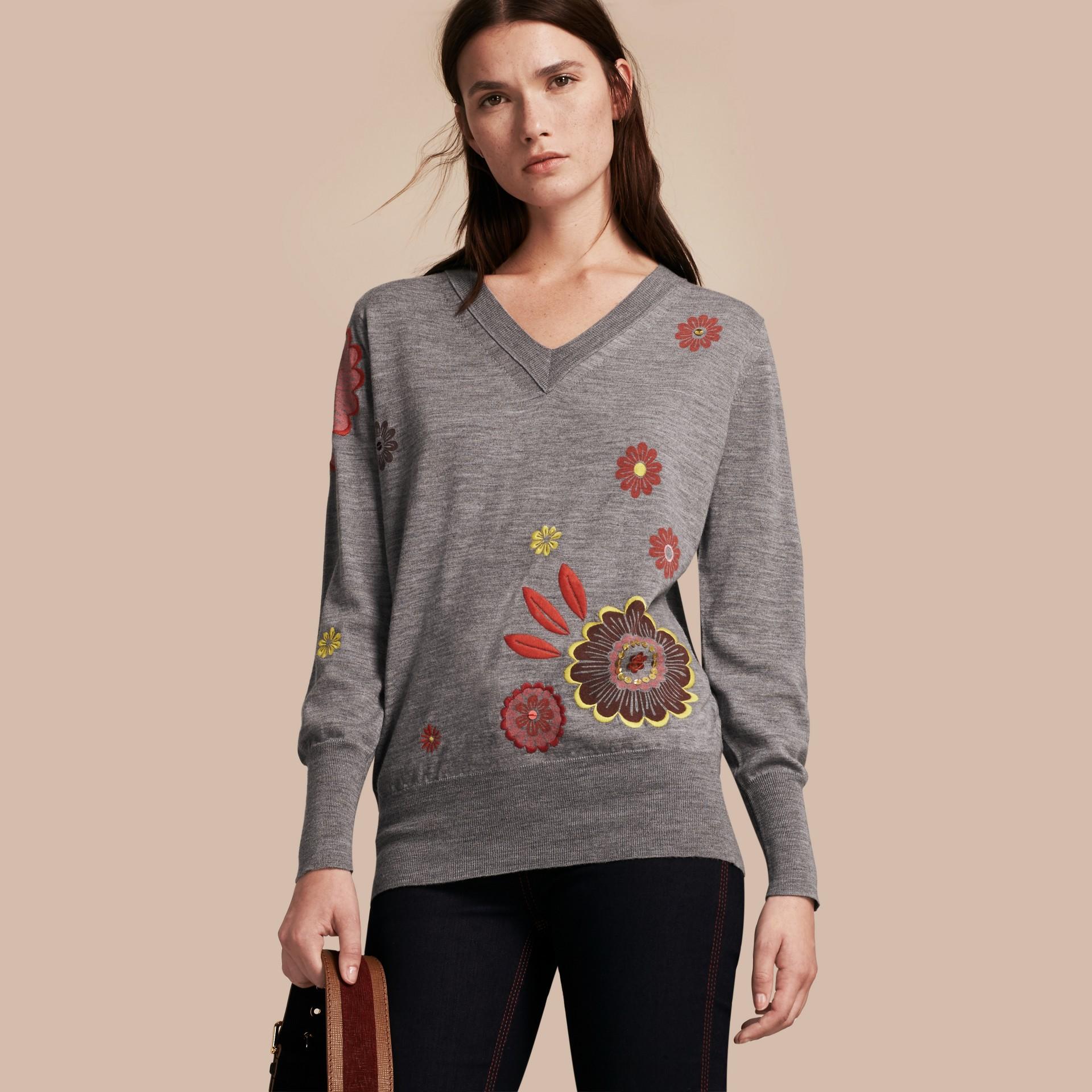 Grigio medio mélange Pullover in lana Merino con scollo a V e decorazione floreale - immagine della galleria 1