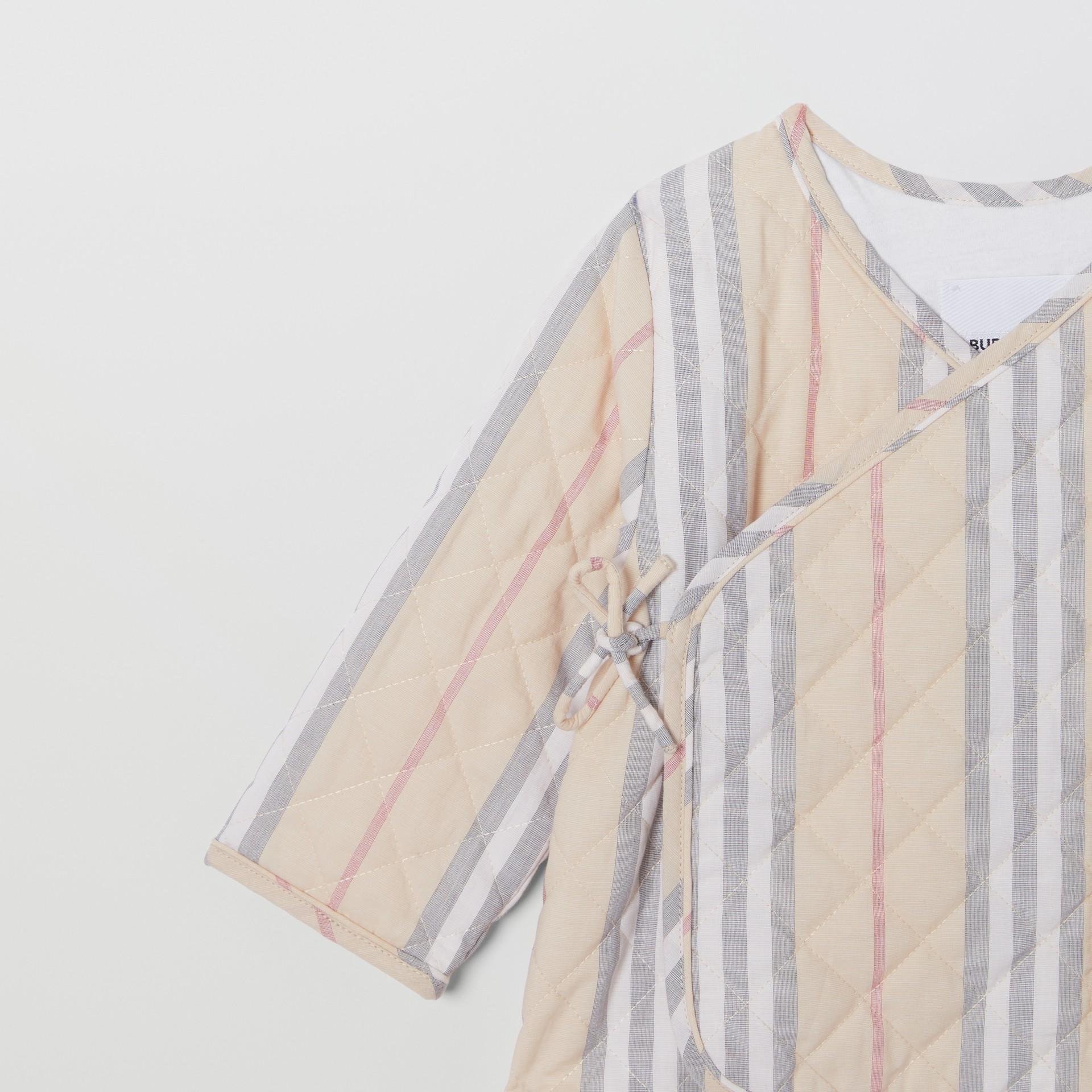 Chaqueta cruzada en algodón acolchado a rayas Icon Stripe (Piedra Pálido) - Niños | Burberry - imagen de la galería 4