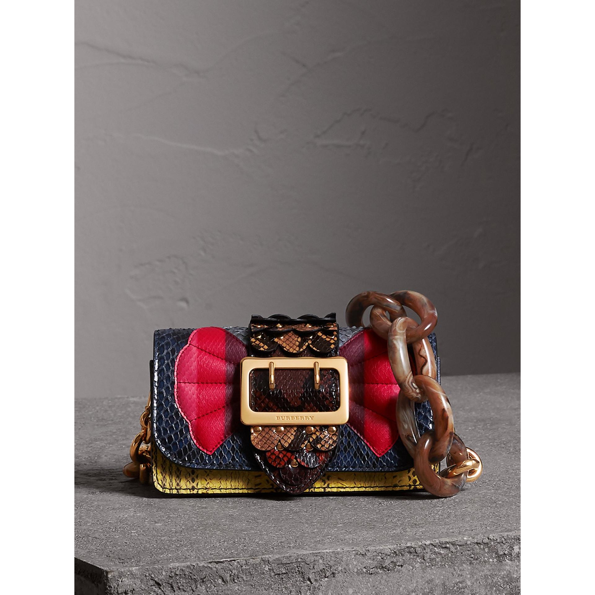 The Buckle 扇貝形飾邊蛇皮小型包 (黃色) - 女款 | Burberry - 圖庫照片 1