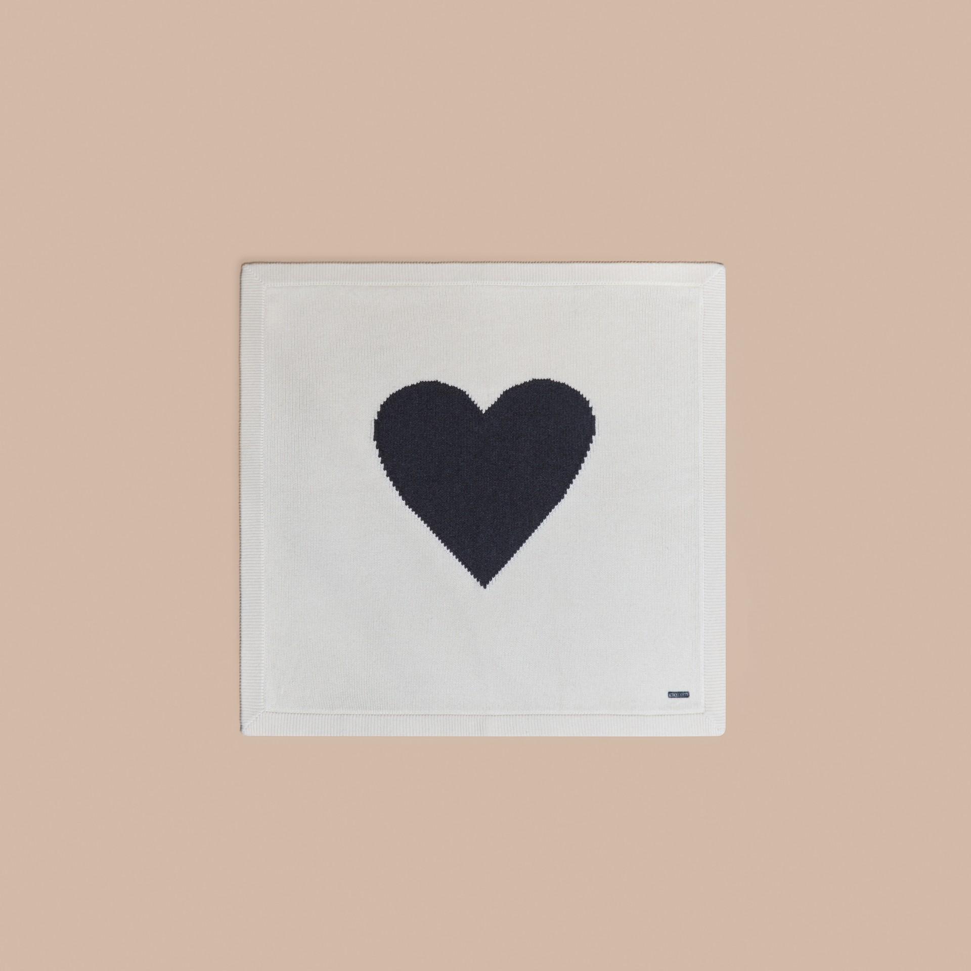 Bianco naturale Coperta per neonato in cashmere con cuore a intarsio - immagine della galleria 3
