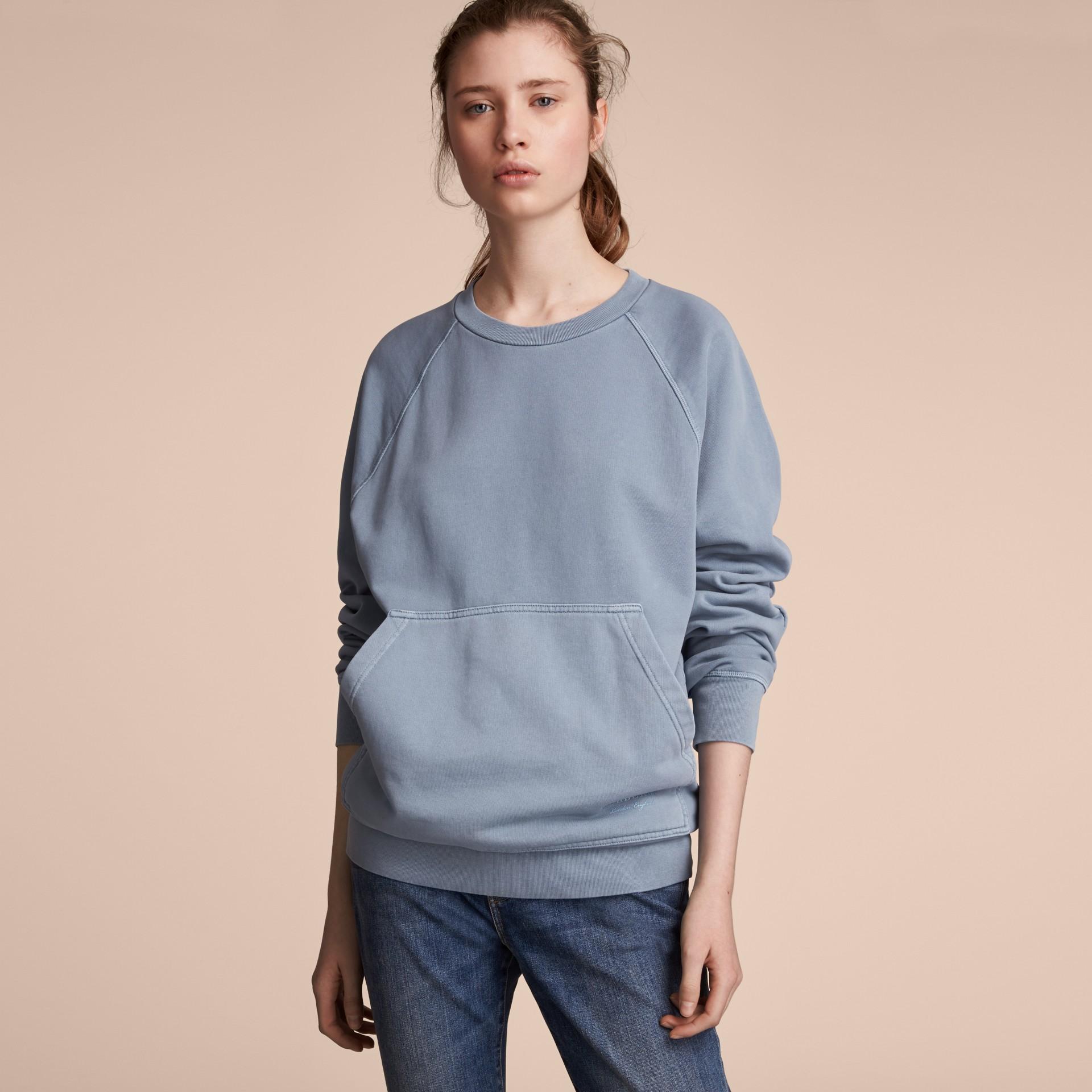 Sweat-shirt oversize unisexe en coton teint avec des colorants pigmentaires (Bleu Cendré) - Femme | Burberry - photo de la galerie 6