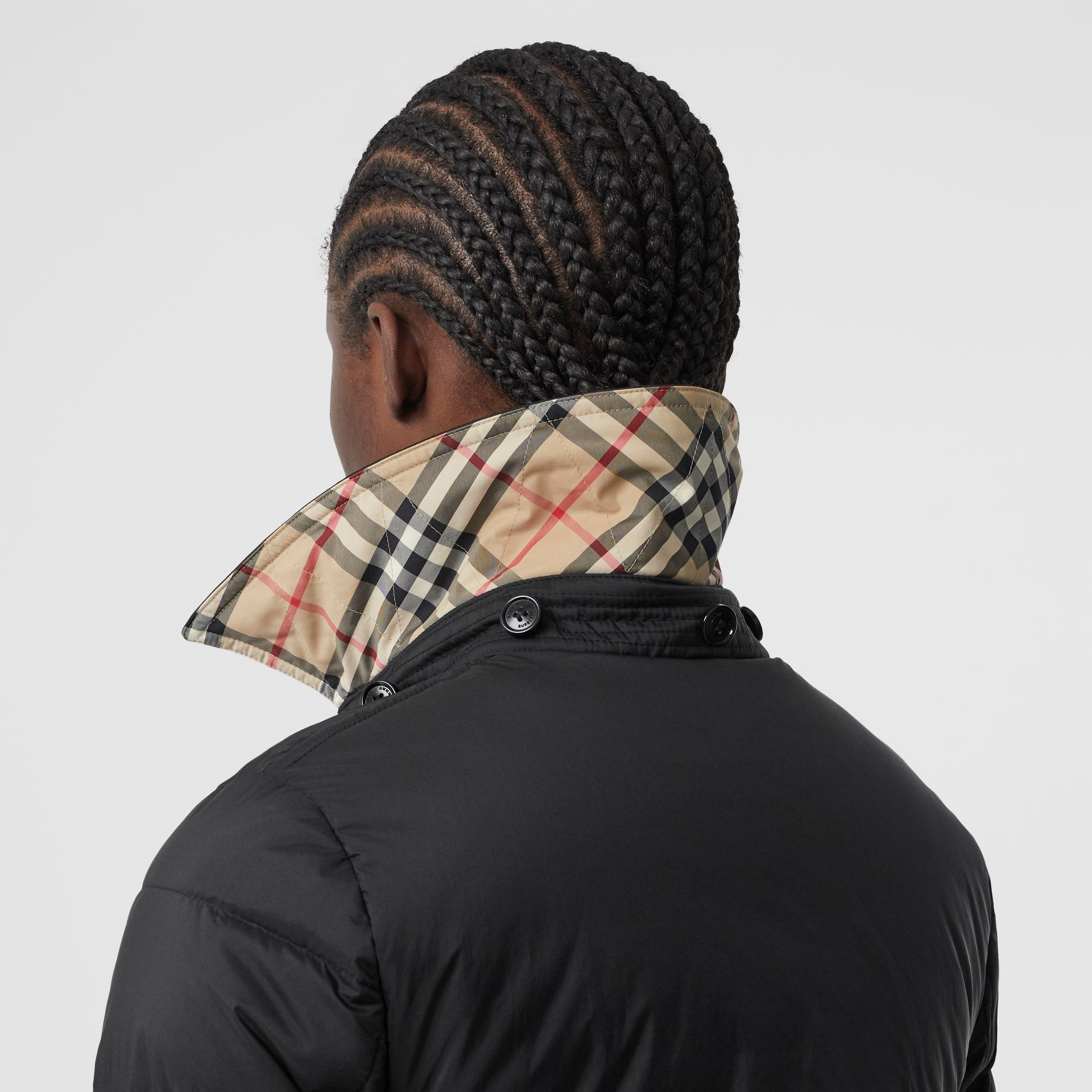 可拆式連帽羽絨大衣 (黑色) - 女款   Burberry - 圖庫照片 5