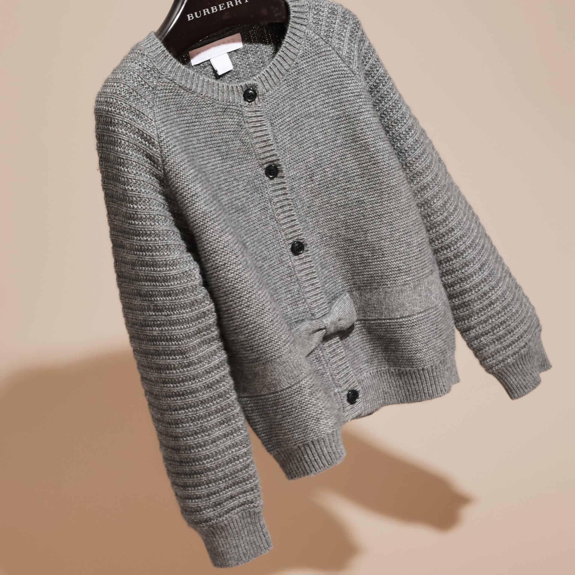 Grigio medio mélange Cardigan in cashmere e cotone con impunture multiple - immagine della galleria 3