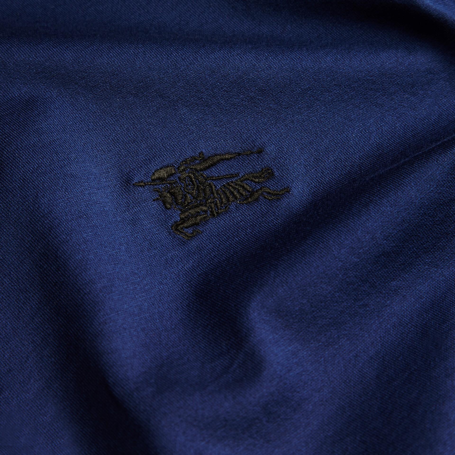 靛青 同色系飾邊合身棉質 Polo 衫 靛青 - 圖庫照片 2