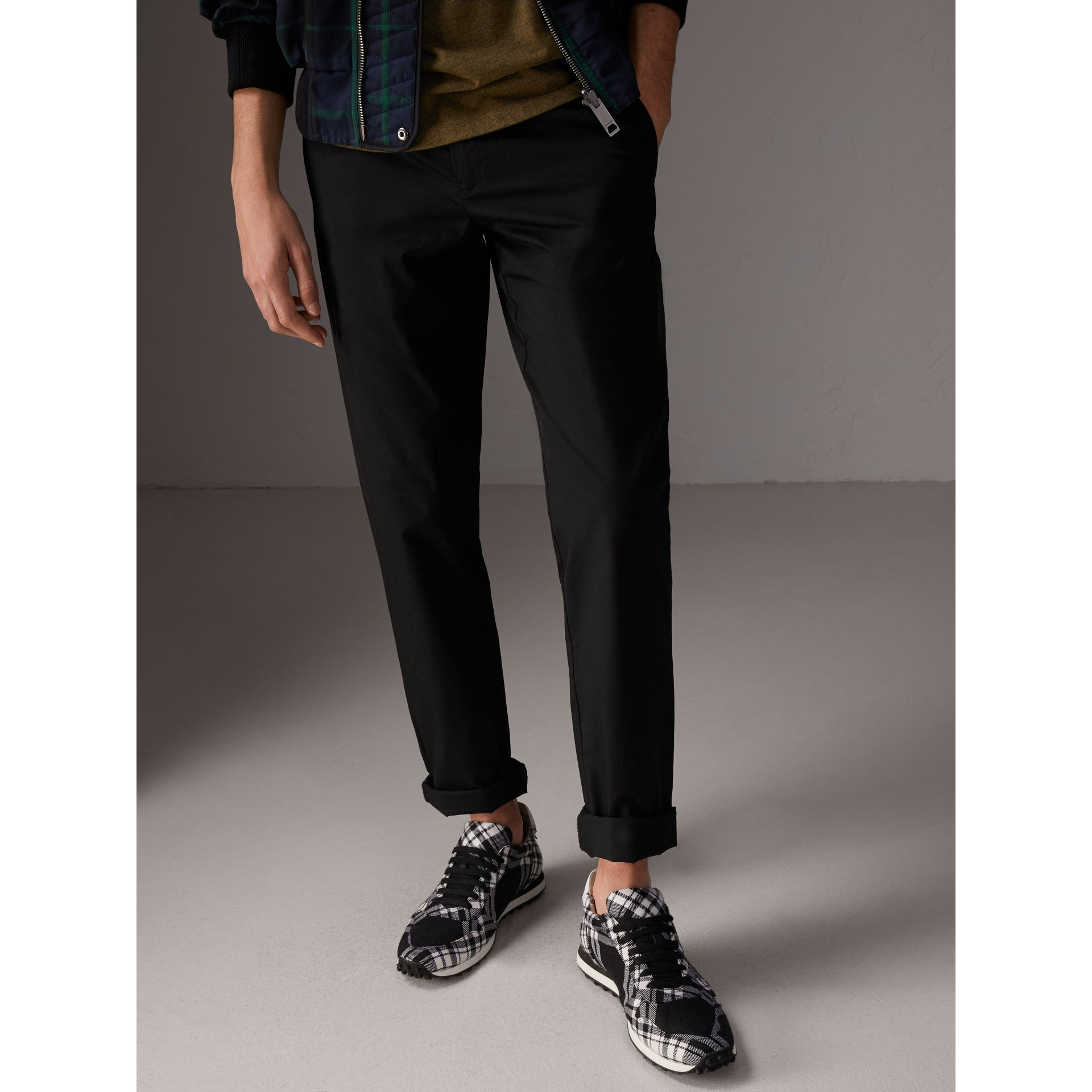 Pantalon chino slim en coton (Noir) - Homme | Burberry - photo de la galerie 4