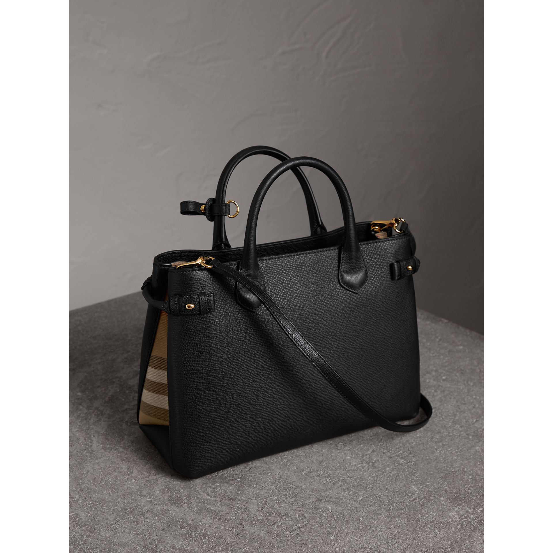 Sac The Banner moyen en cuir et coton House check (Noir) - Femme | Burberry Canada - photo de la galerie 4