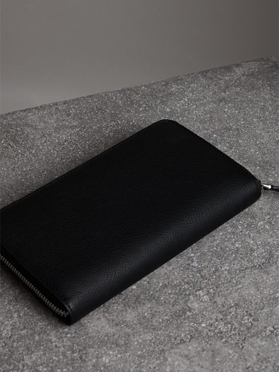 Portefeuille zippé en cuir grainé (Noir) - Homme | Burberry - cell image 2