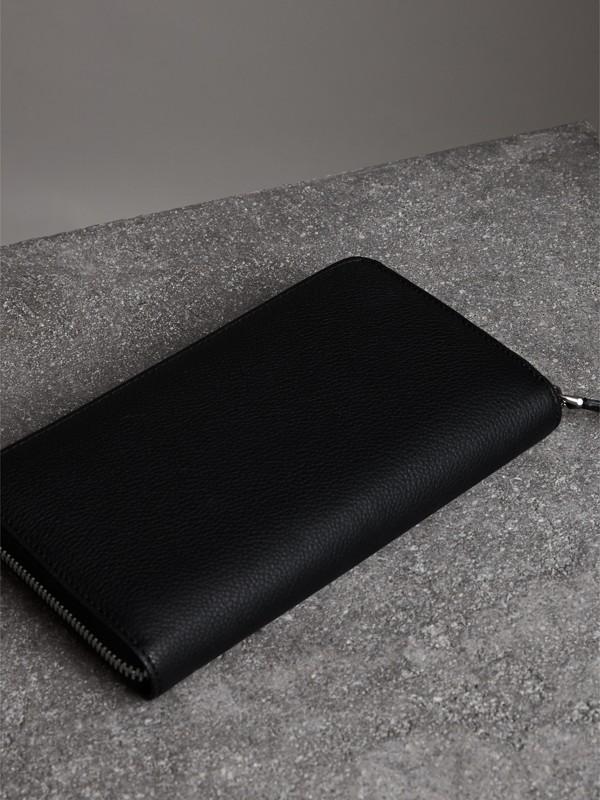 Portafoglio in pelle a grana con cerniera (Nero) - Uomo | Burberry - cell image 2